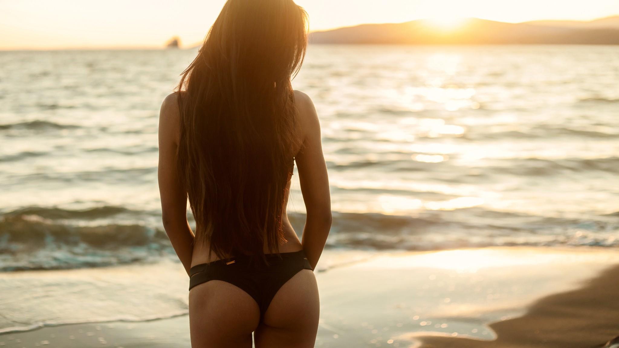 Красивые девушки на пляже спиной фото