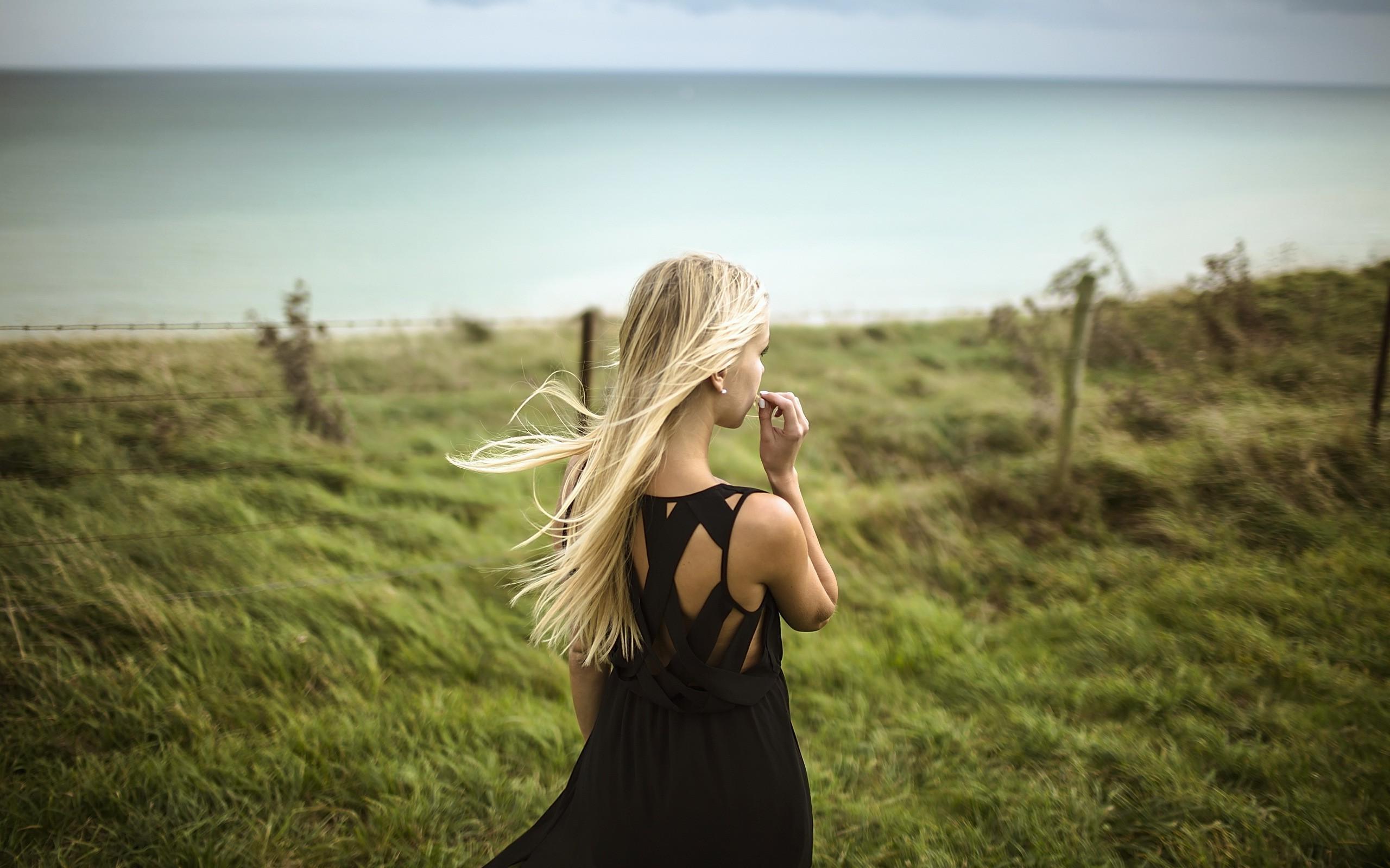 Красивые картинки девушек со спины блондинки а платье
