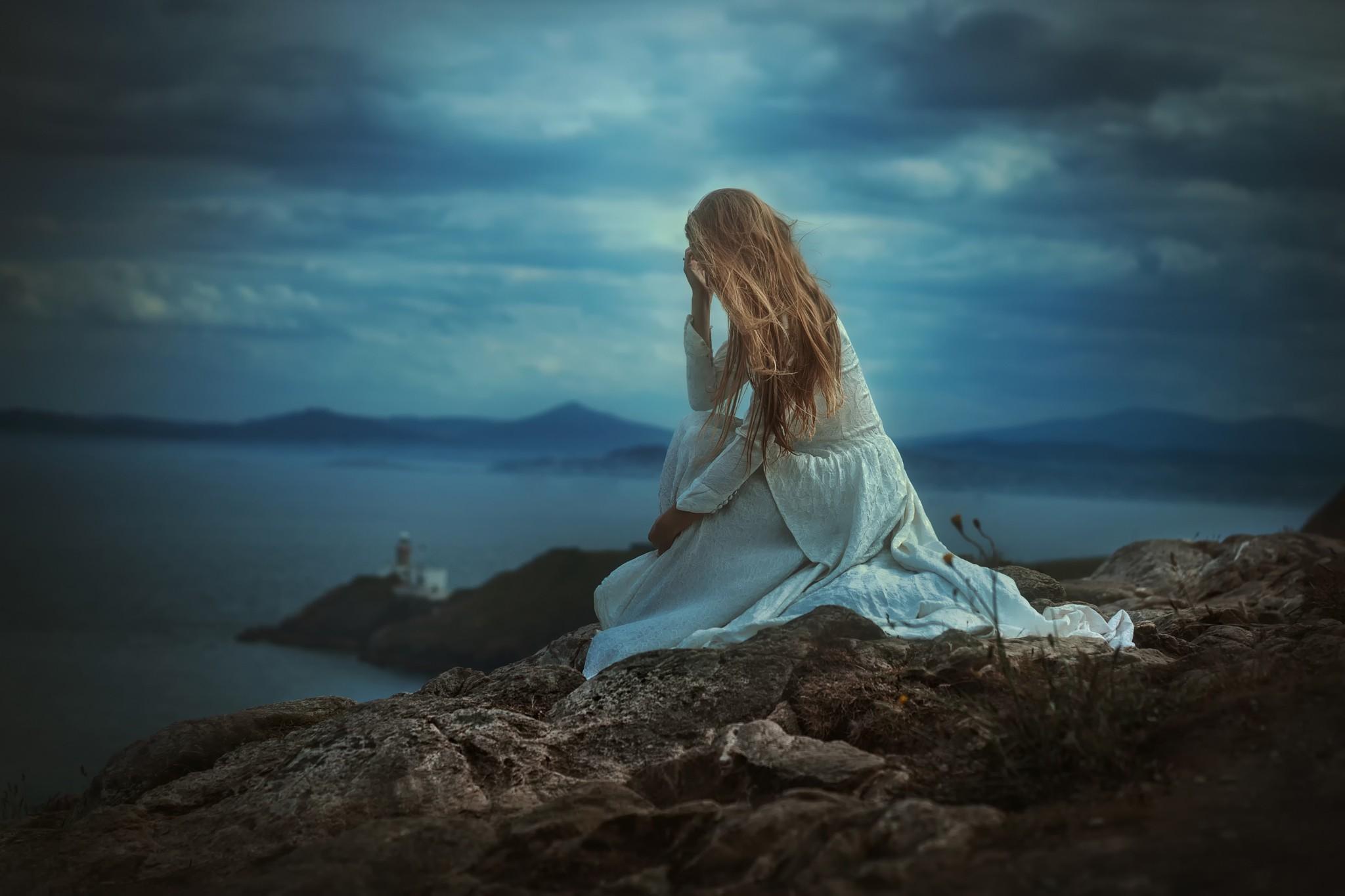 Голая одинокая девка