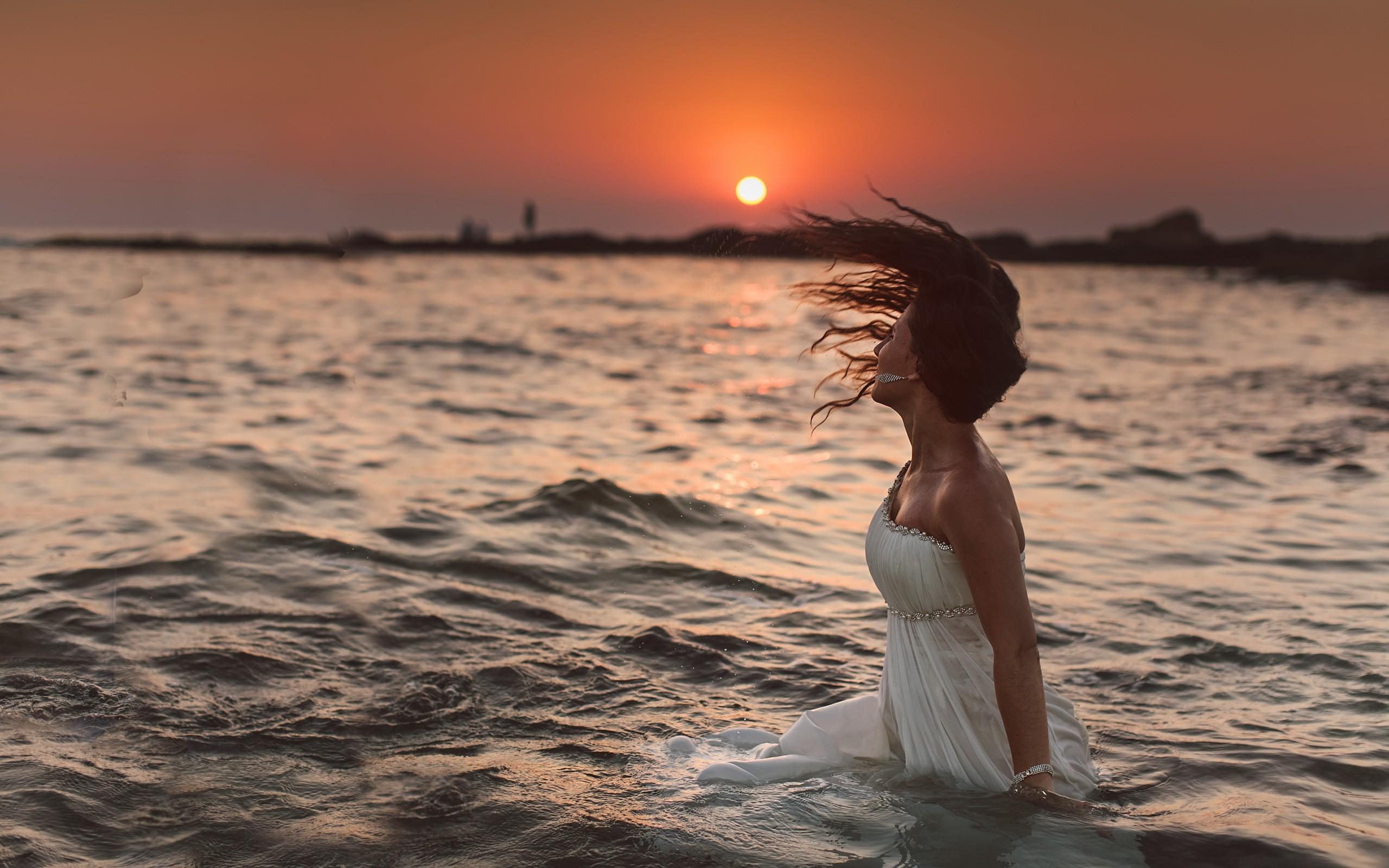 Фотографии женские на фоне вечернего моря