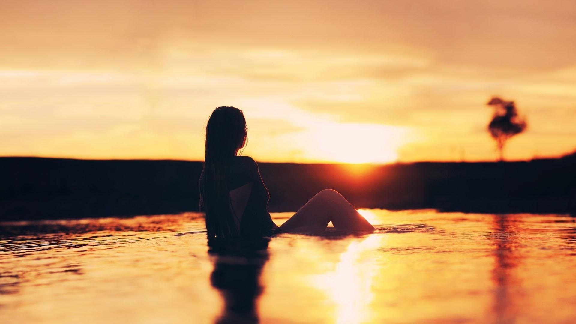 0446cb68c9 luz de sol mujer puesta de sol mar agua reflexión sombra silueta playa  noche Mañana Sol