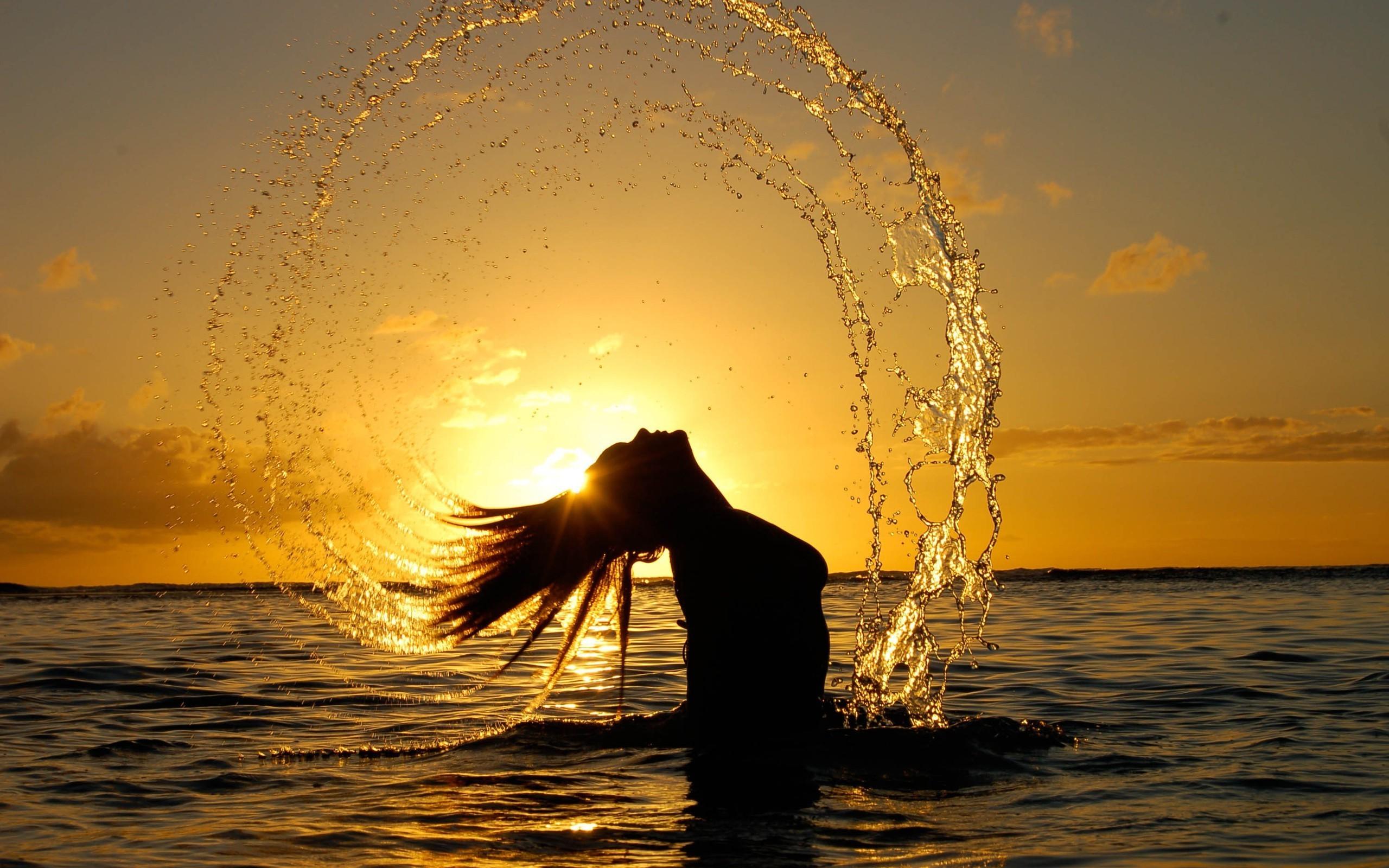 Фото девушек в воде на закате
