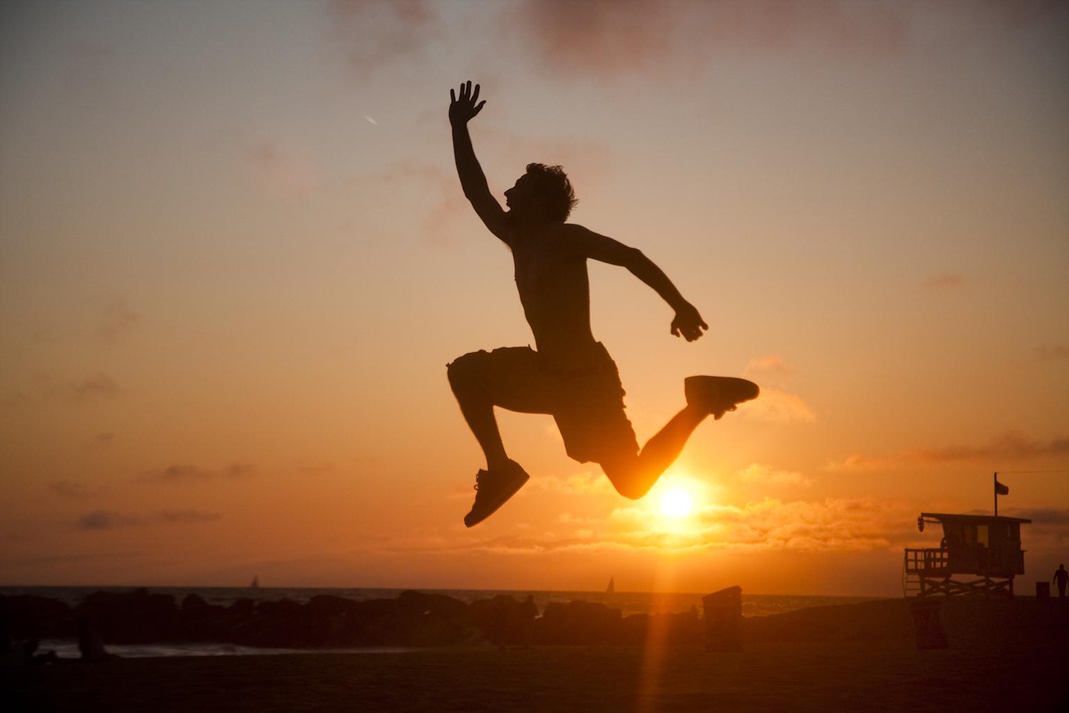 вид мужчина в прыжке картинка мюсли ягодами