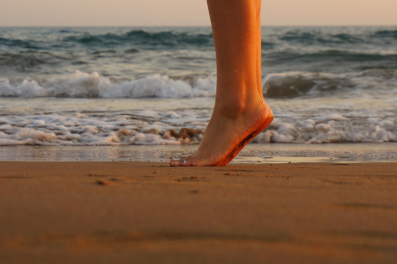 Картинка женские ноги на море