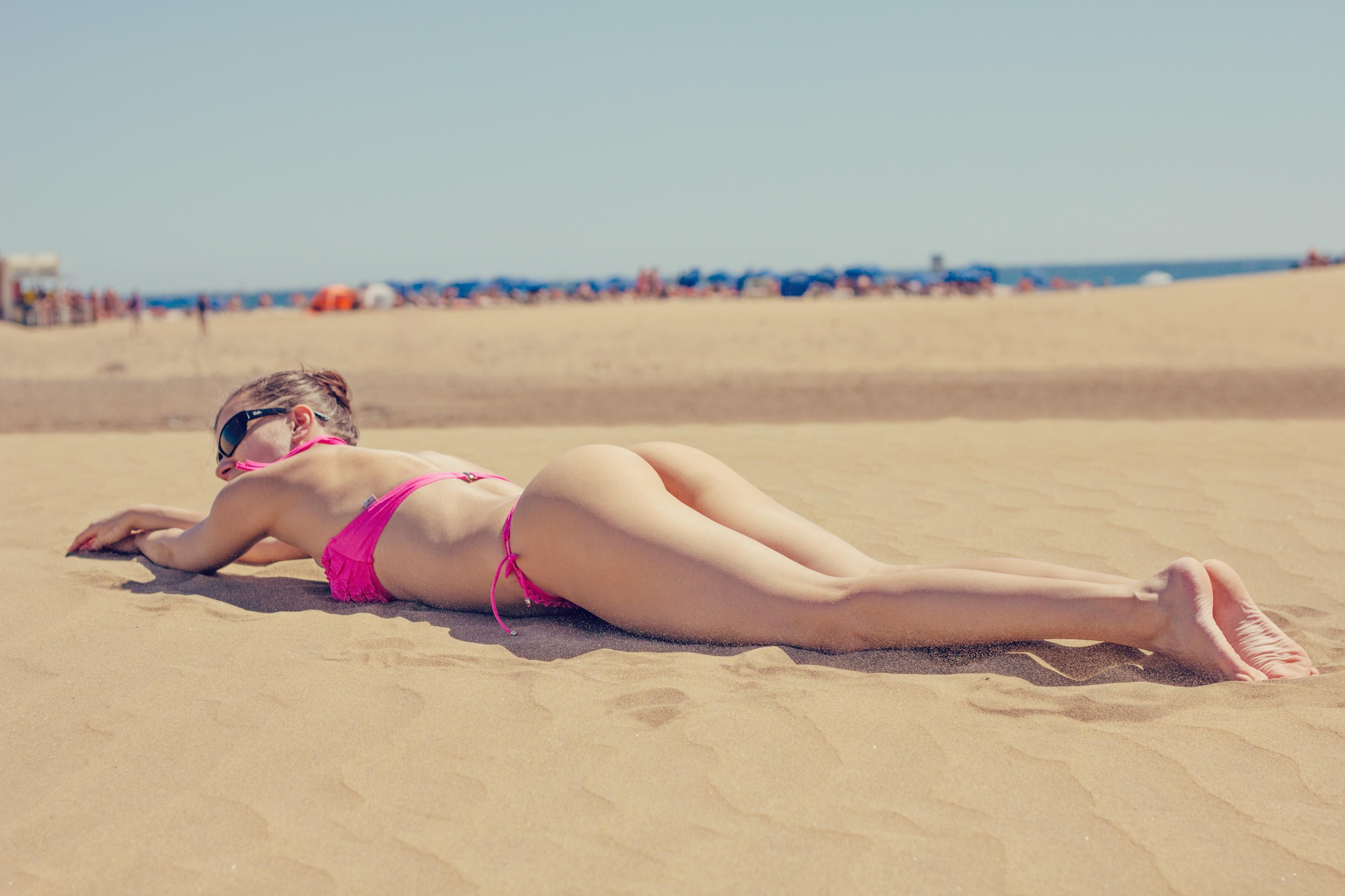 Фото лежащих девушек на пляже