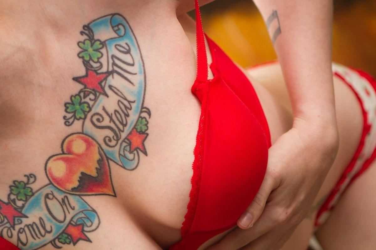 Виртуальный секс фото груди девушек без лифчика и татуировка с буквой