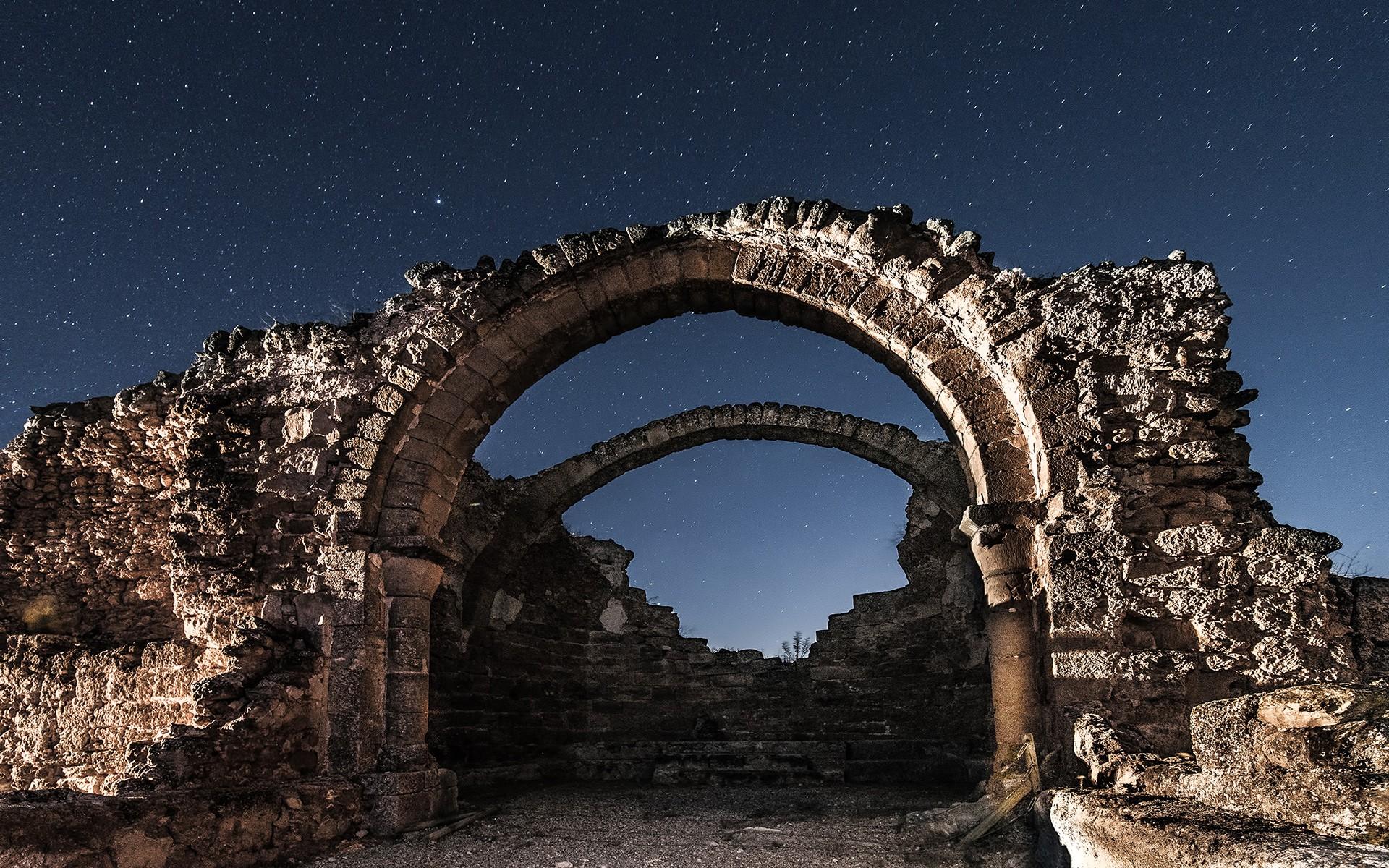старинные руины фото черный цвет парки