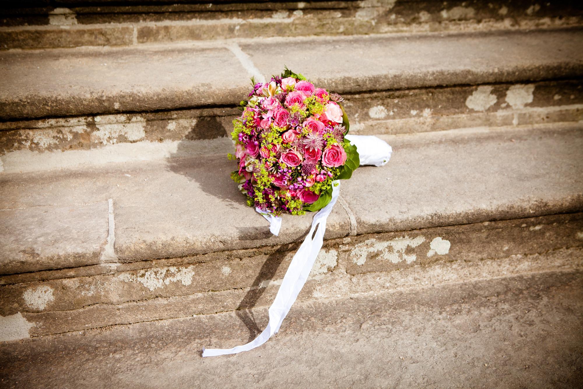 Фото букет роз на лестнице