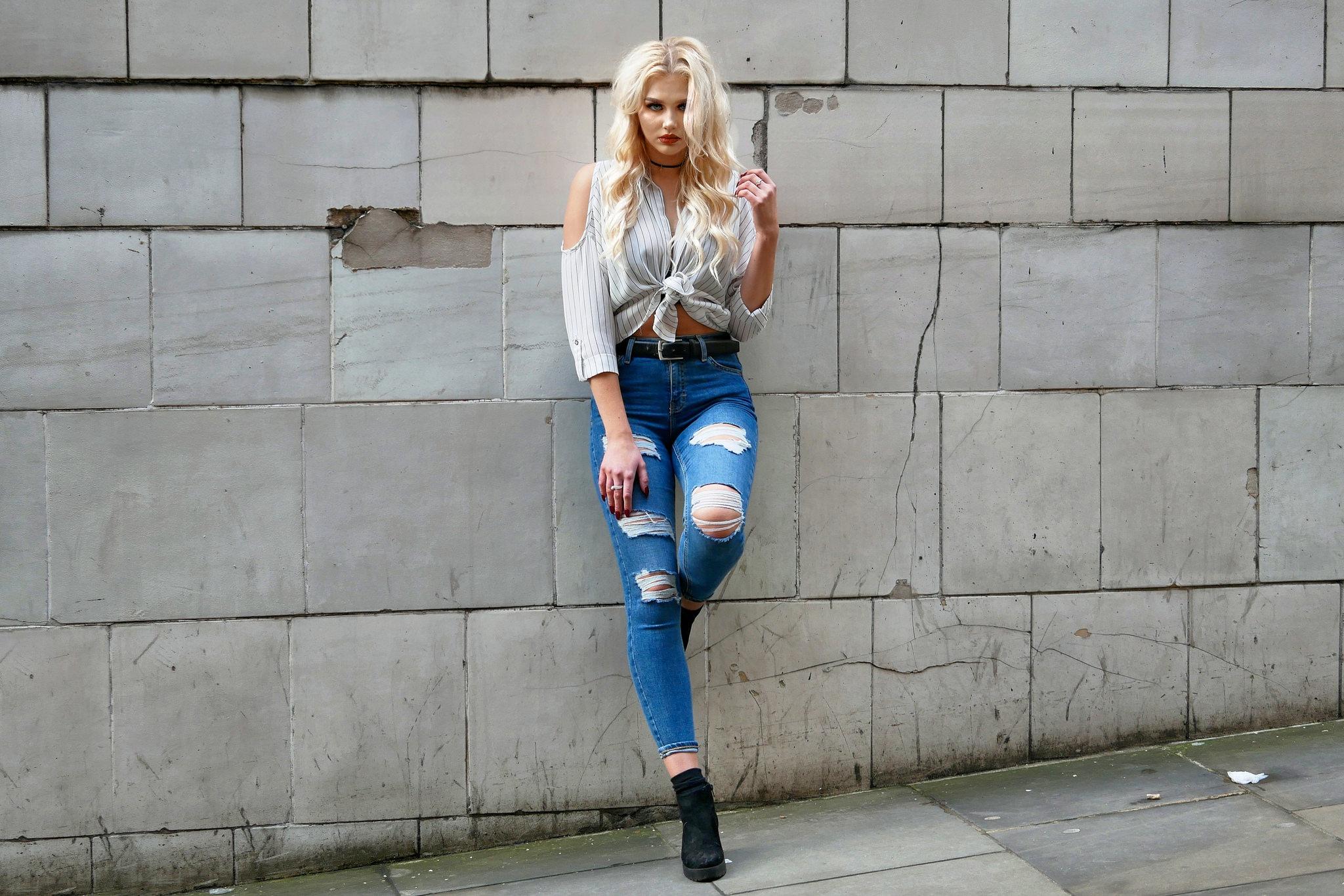 блондинки с каре в джинсах фото бали много