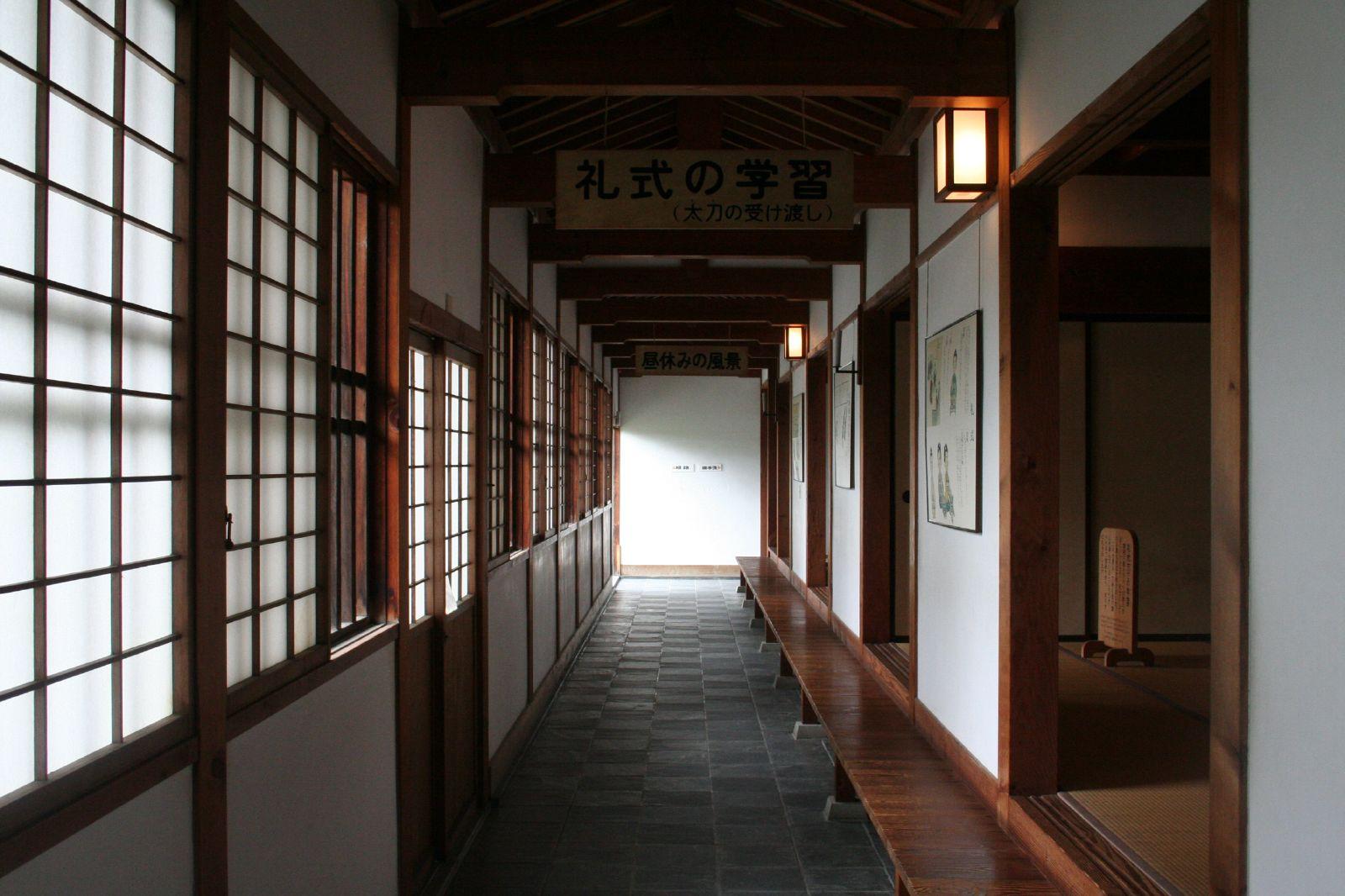 это картинки японская школа внутри чирей боковой или