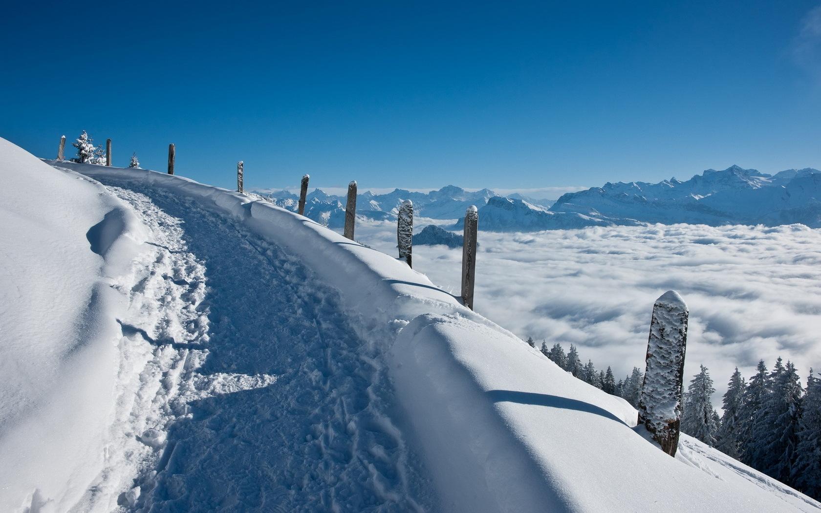 К чему снятся горы в снегу, на склонах которых расположены трассы для катания на лыжах, подскажет сонник цветкова: вы заслужили отдых долгим и упорным трудом.