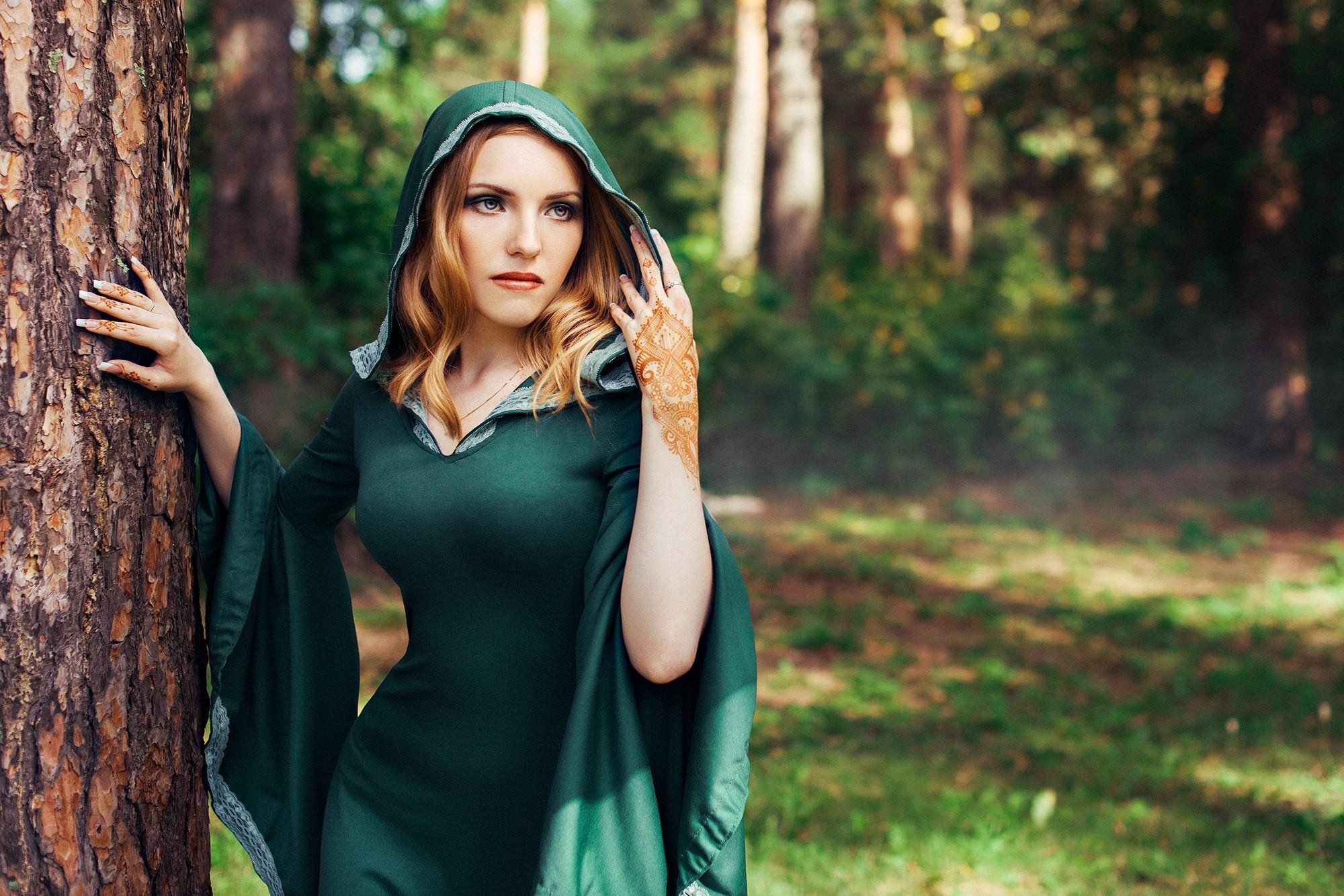 Картинка красивая девушка в зеленом