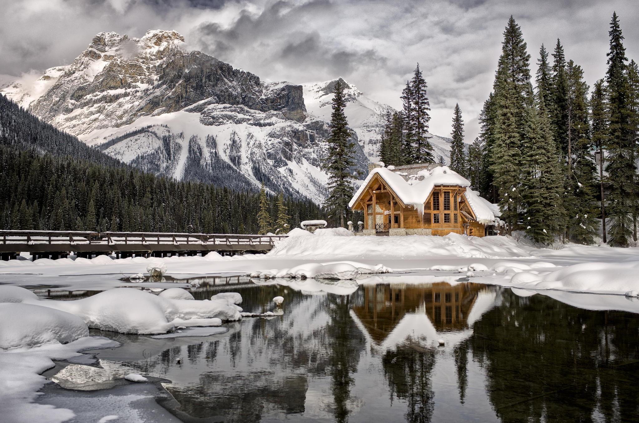 Домик в снегу фото