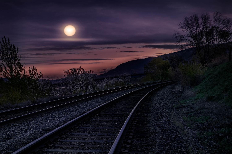 своих рисунках фото железной дороги ночью ещё можете заказать