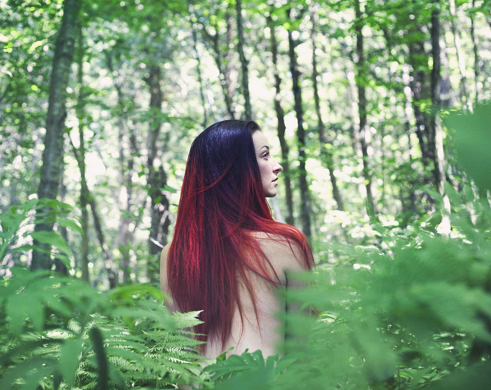 Nøgne kvinder i skoven