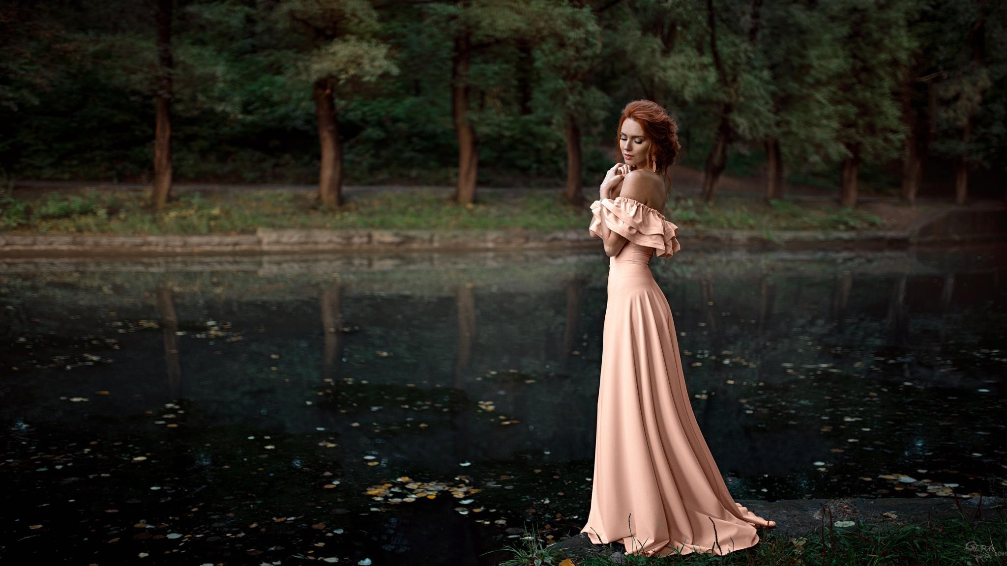 Baggrunde : træer, Kvinder udendørs, rødhåret, sø, natur, stropløs kjole, Georgy Chernyadyev ...