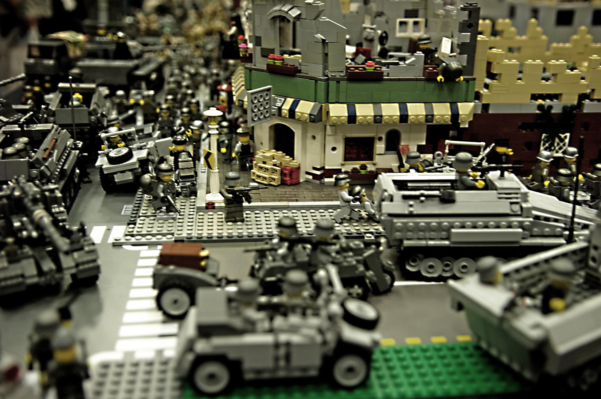 приезжают смотреть картинки военной базы экспозицию нейтральному тону