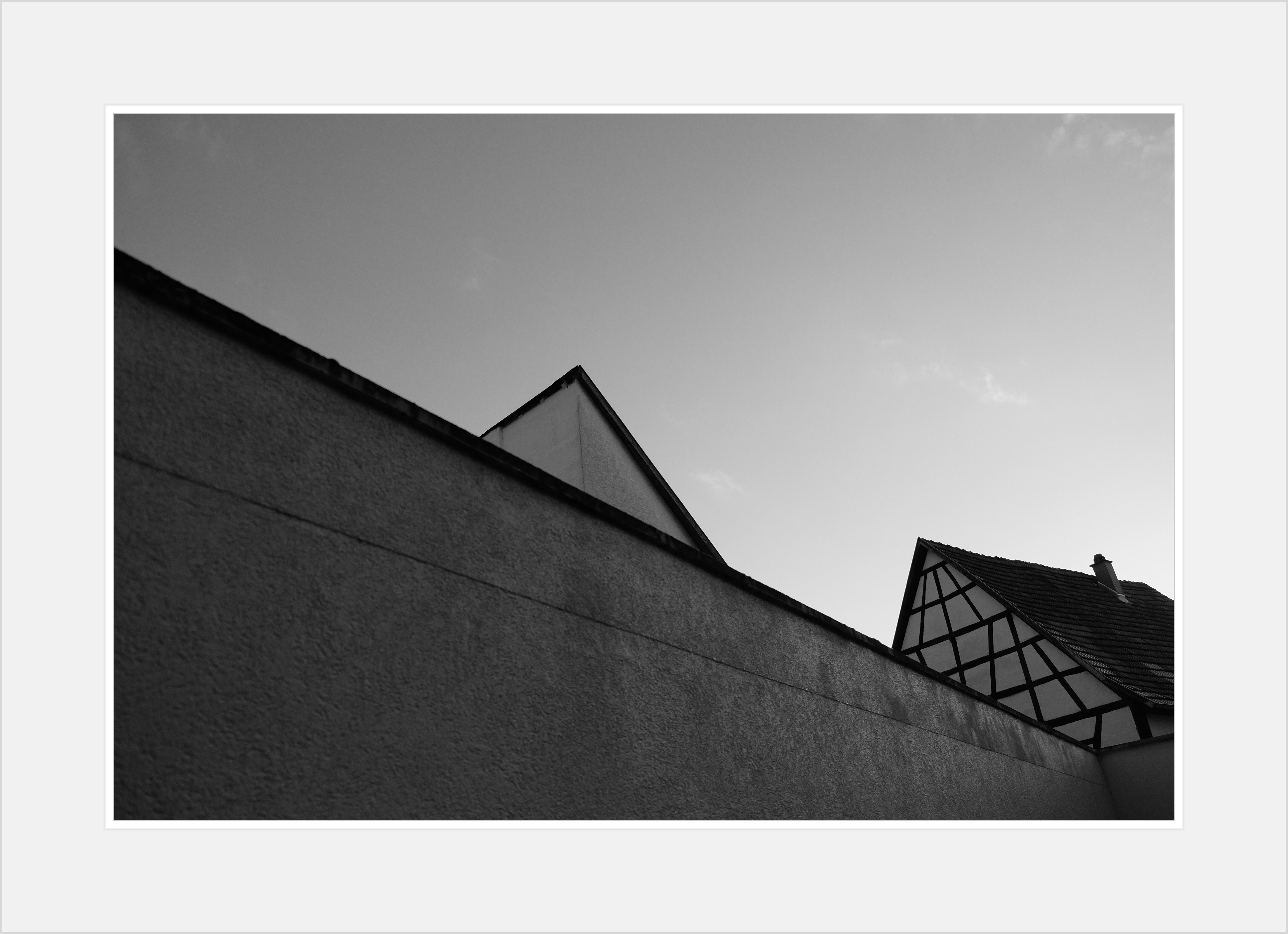 нашем черно белое треугольное фото дома является причиной