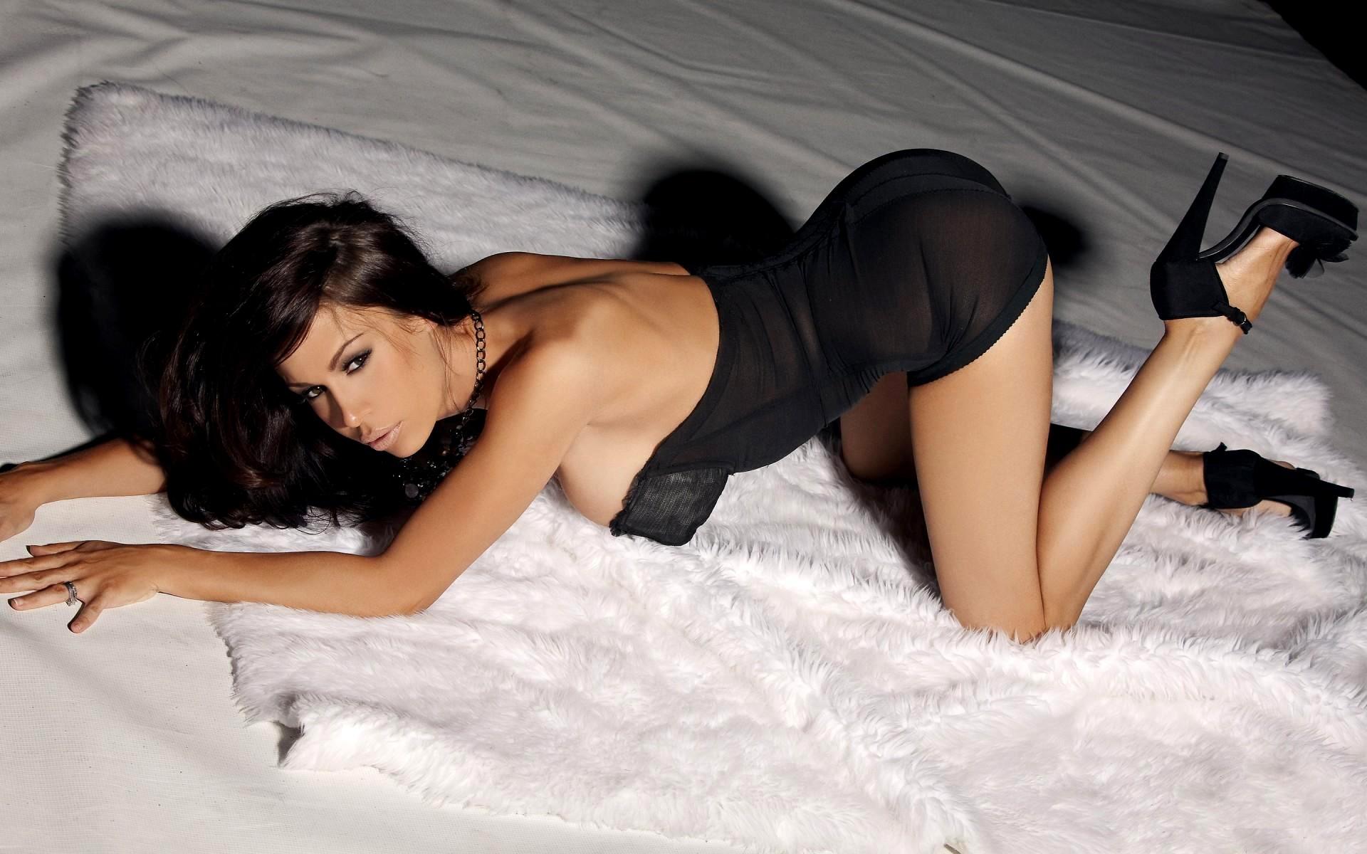 фото девушки женщины брюнетки в сексуальном платье