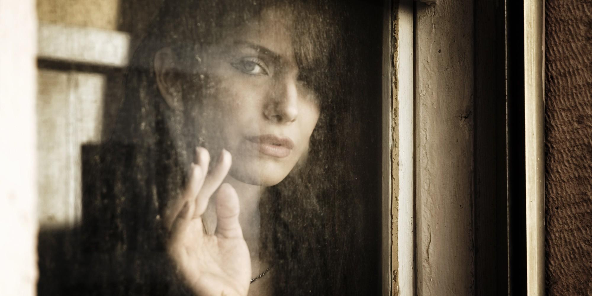 Картинки грустная женщина у окна, днем доброты