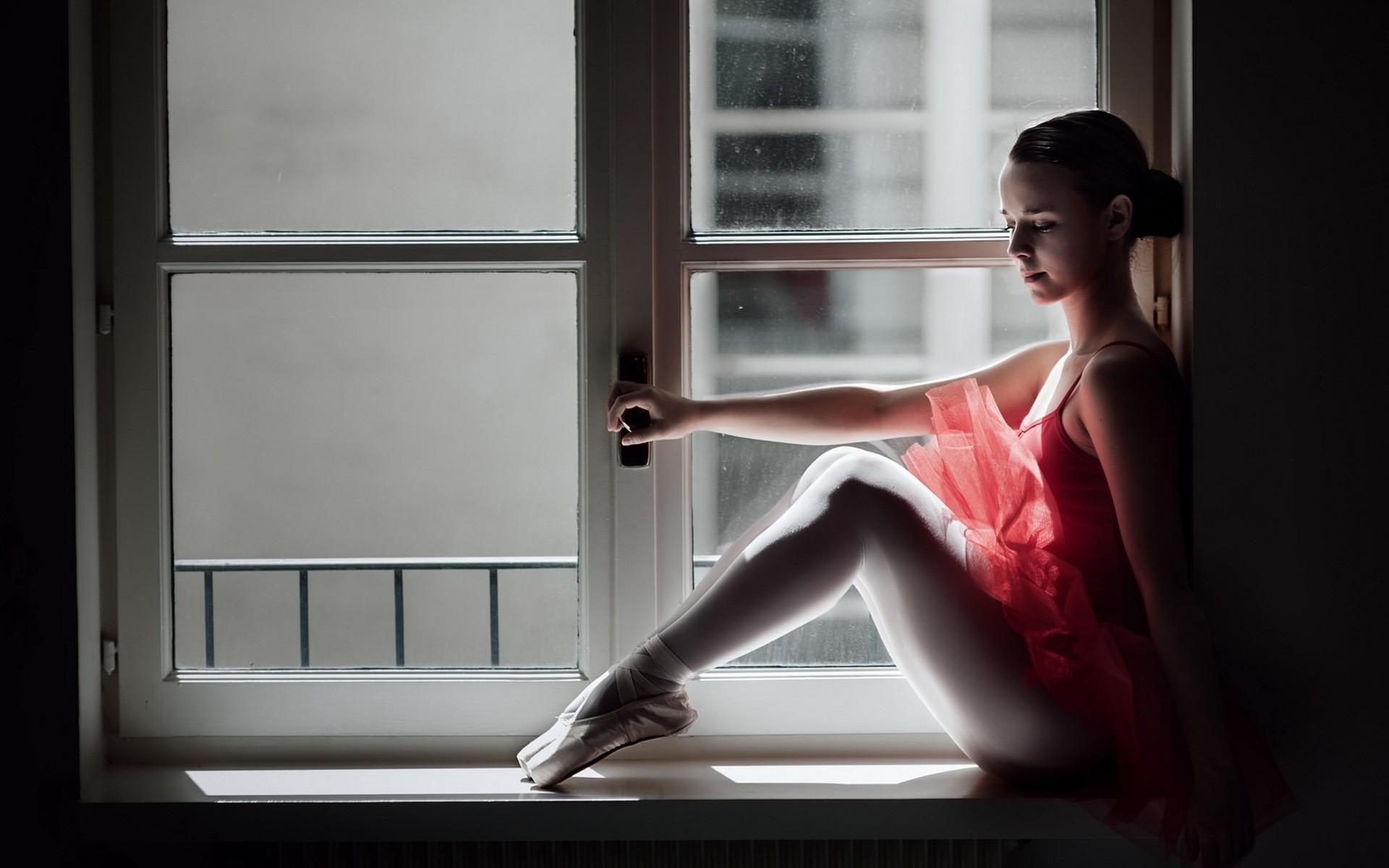танцующая у окна девушка голове