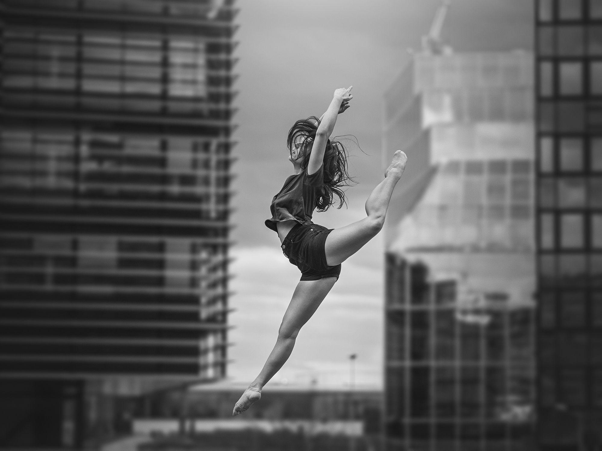 девушка тансовщится прыжок - 3