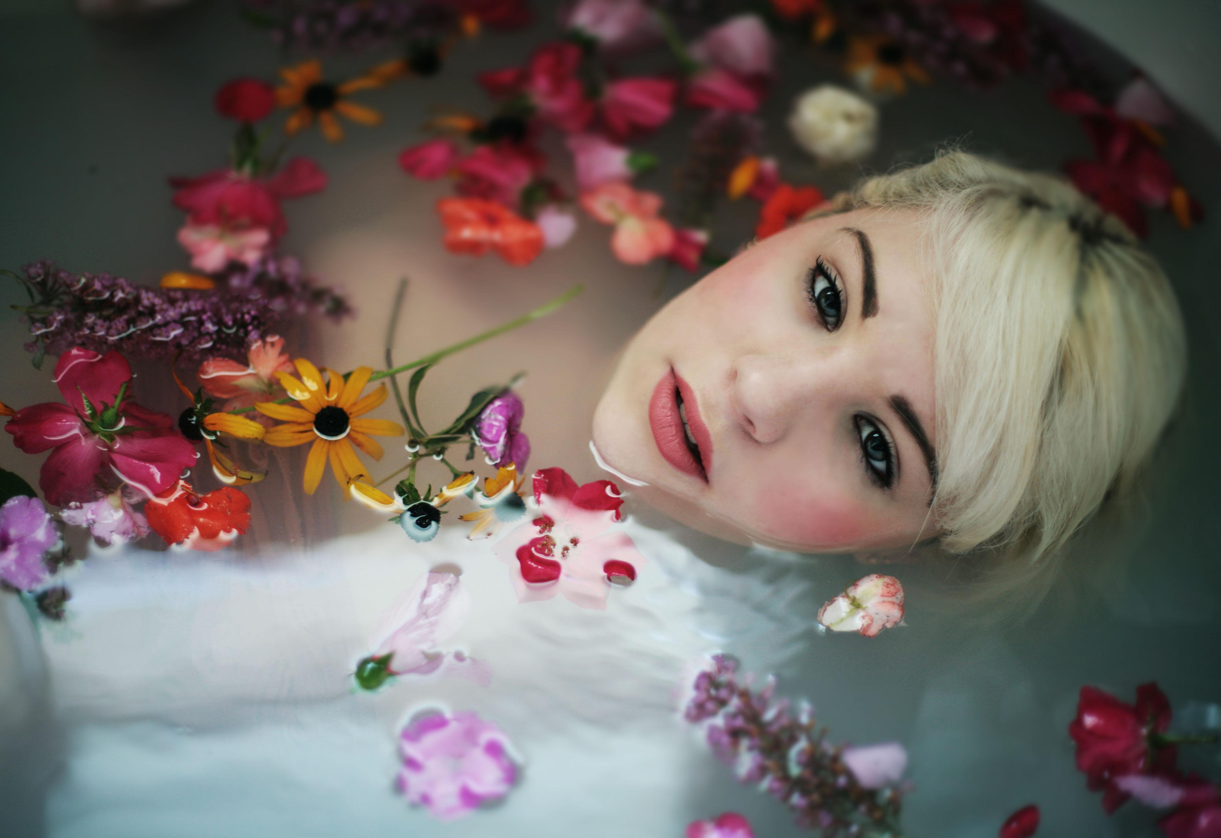 Vasca Da Bagno Rosa : Sfondi bianca bionda occhi fiori rosso blu canone capelli