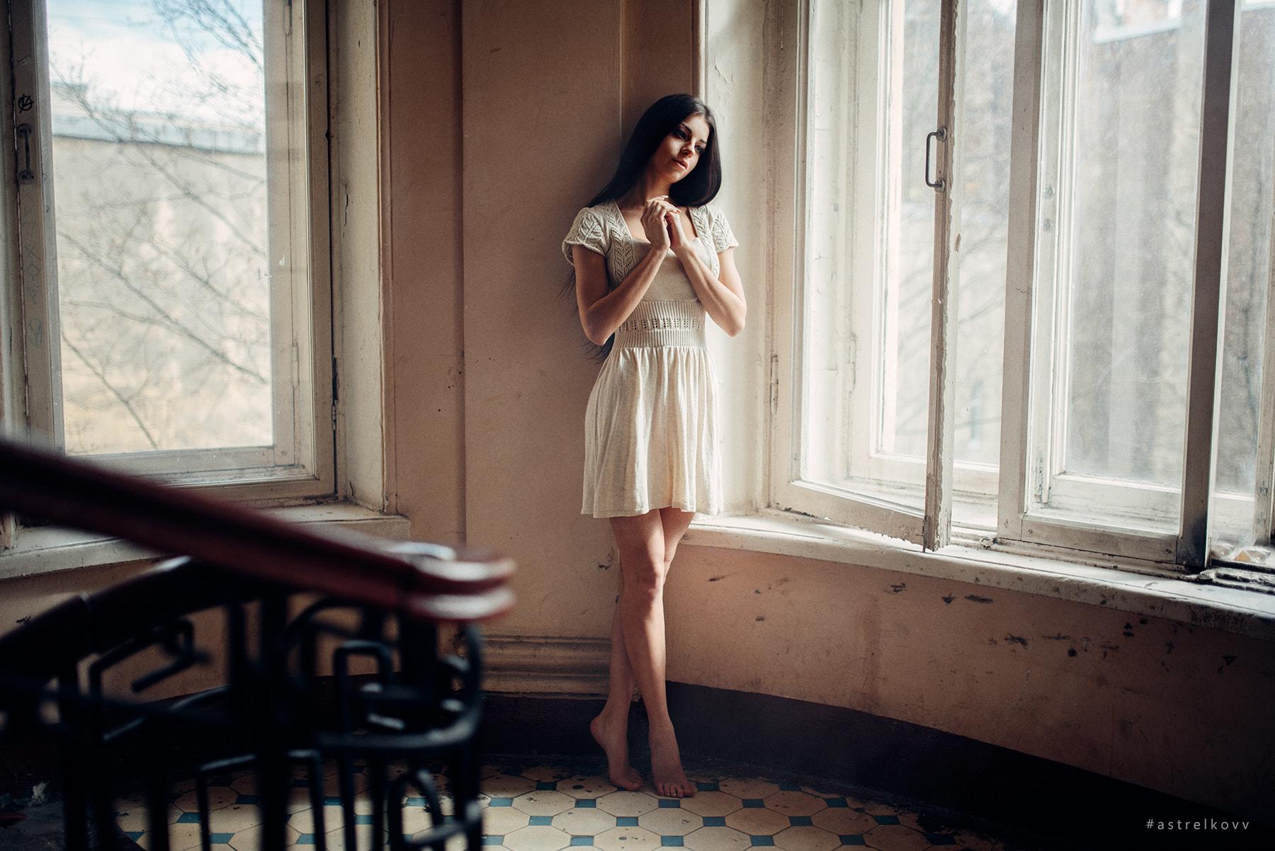 картинки девушка возле окна брюнетка ней