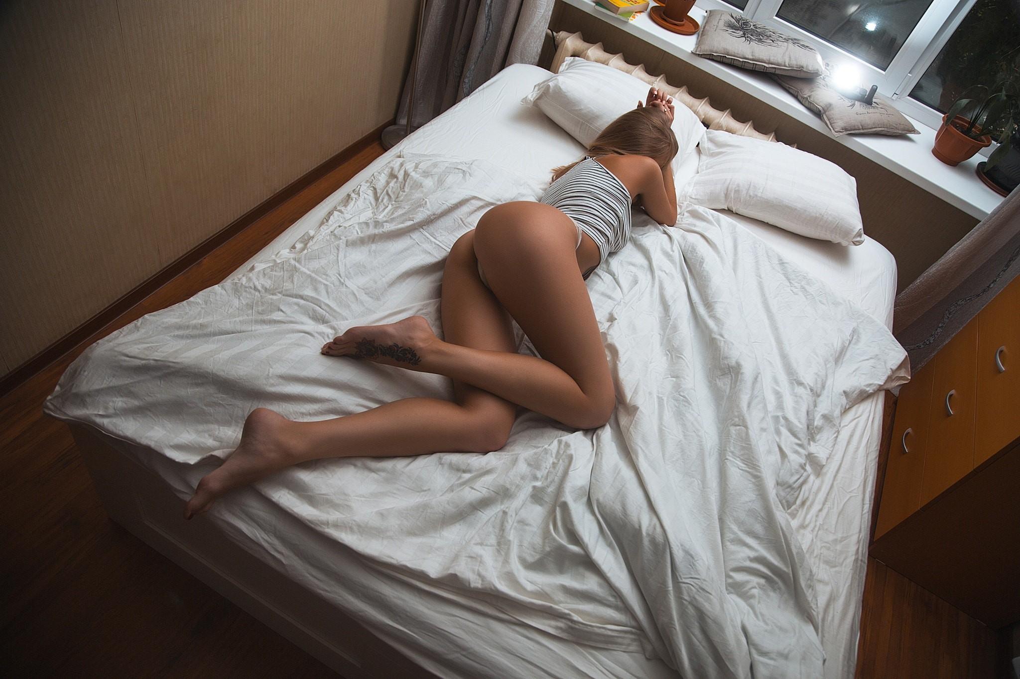 Кувыркаются на кровати — pic 14