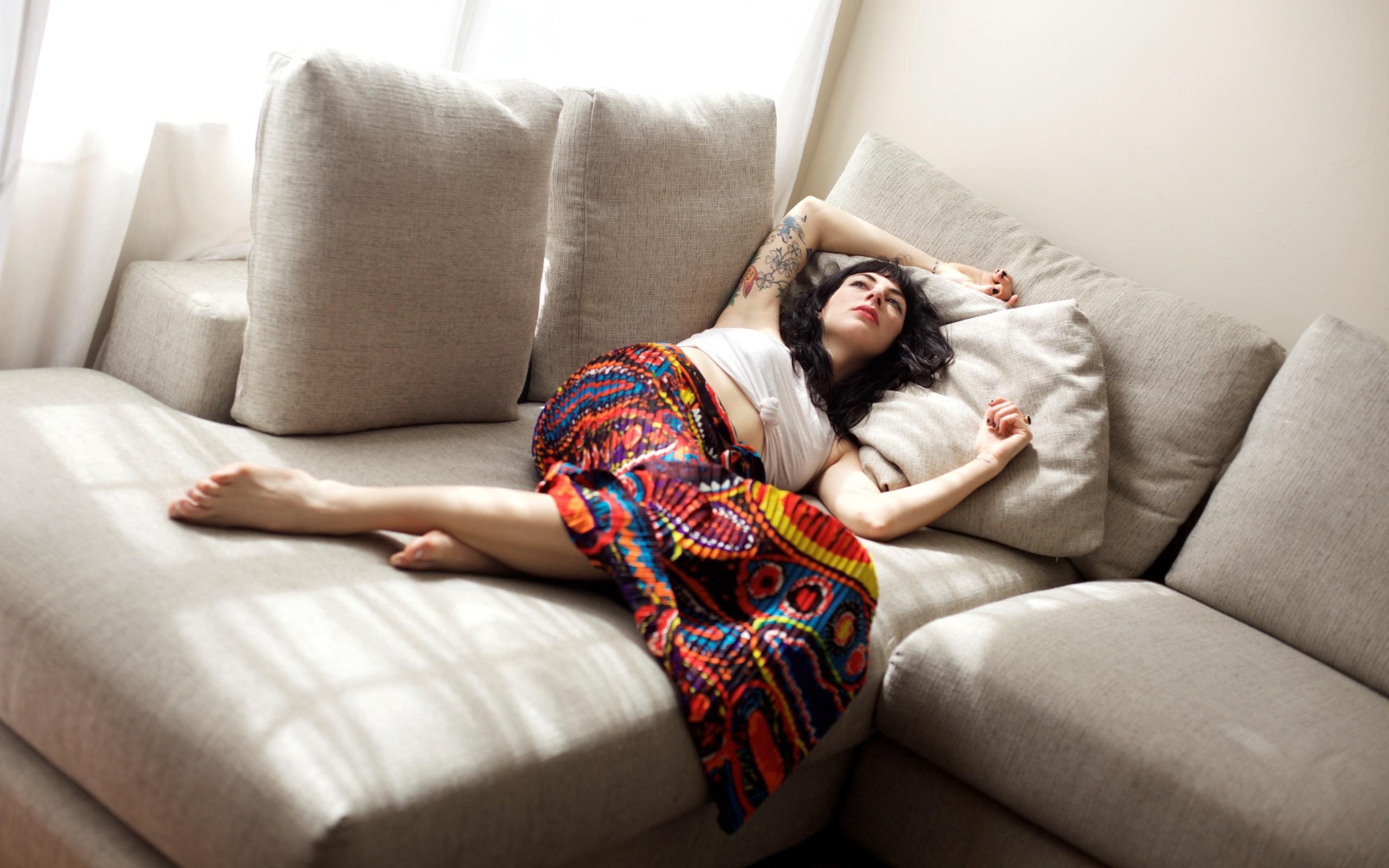 жизнь женщины на диване онлайн замедлил