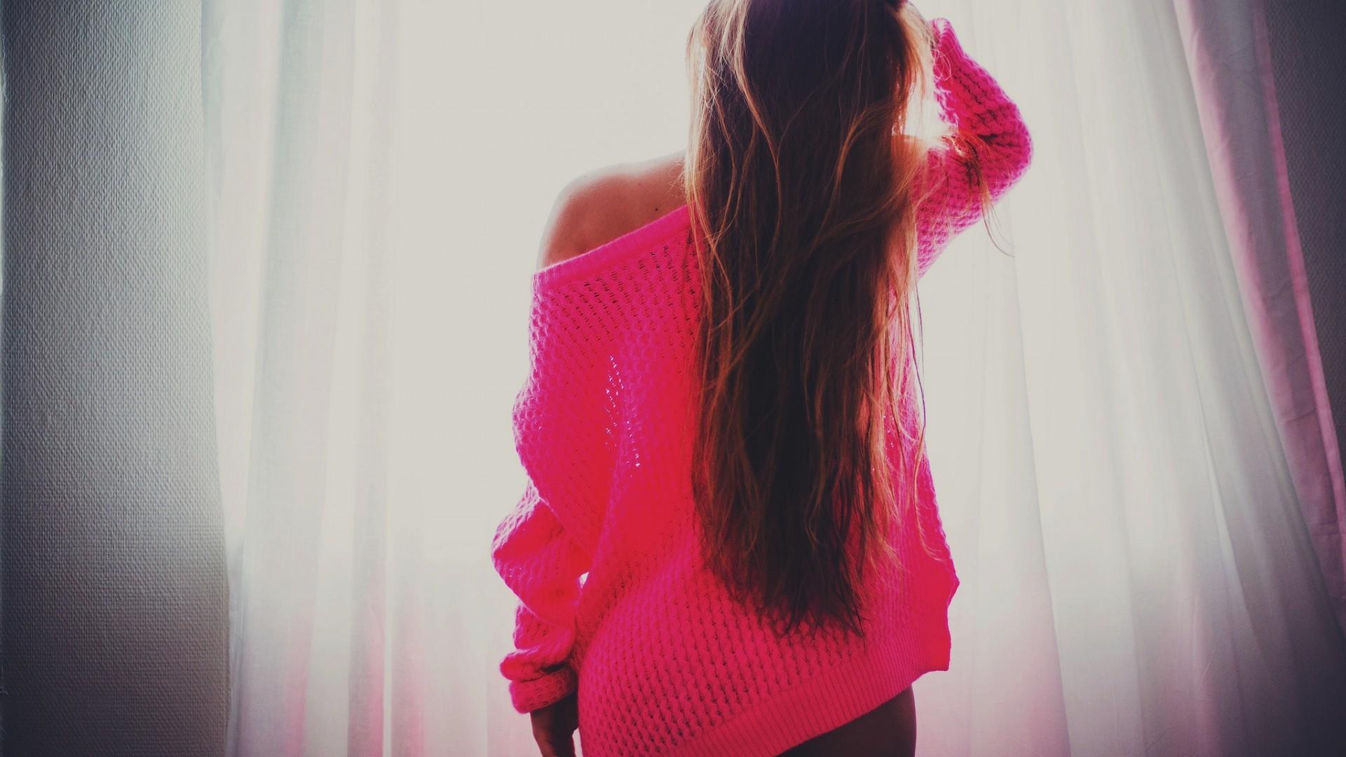 Фото девушки волосы назад