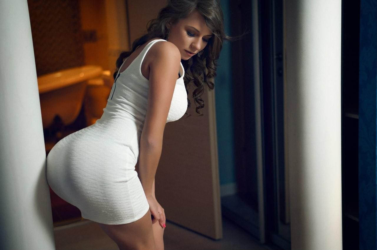 Фото девушка в платье показывает попку 2