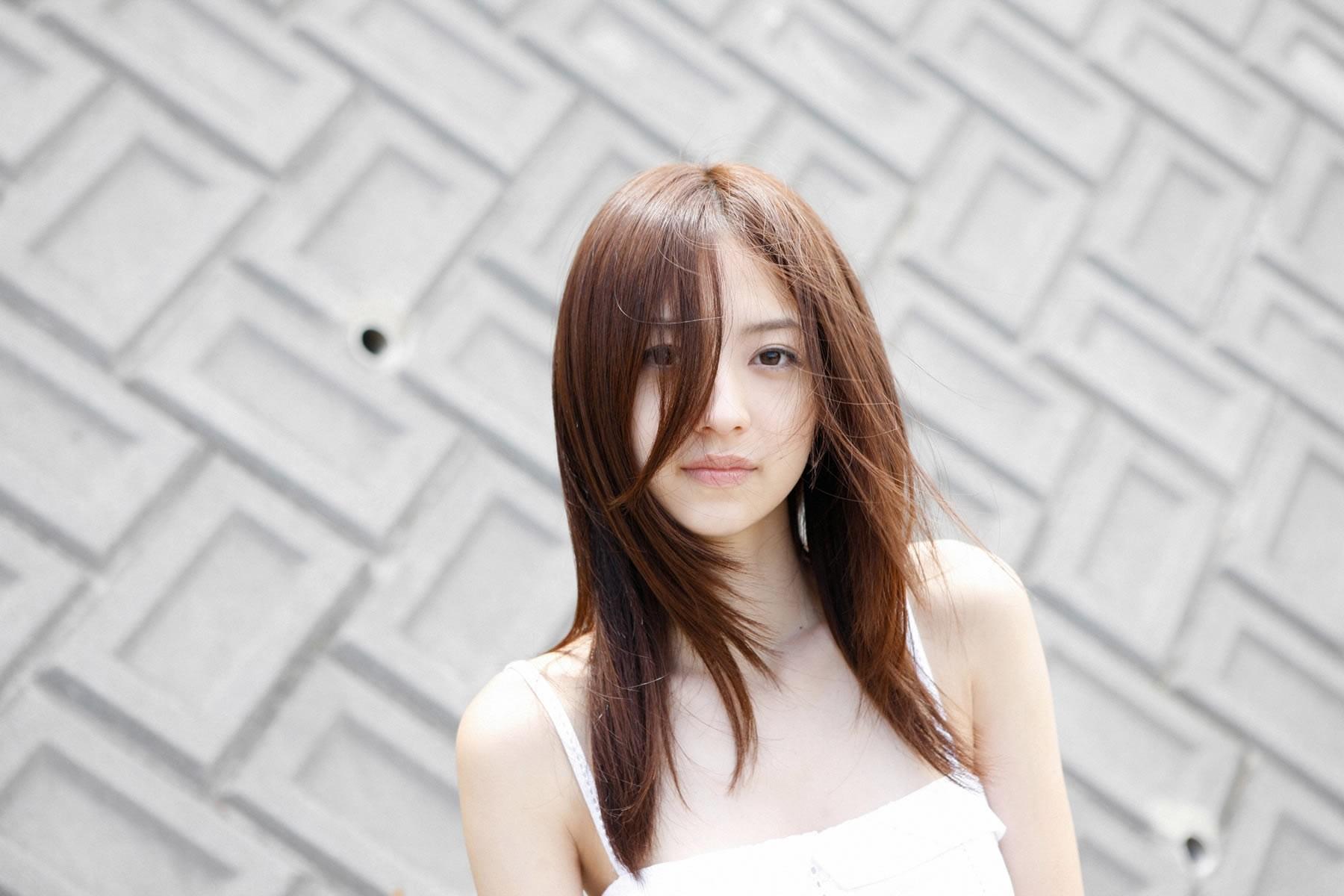 Азиатка в белых