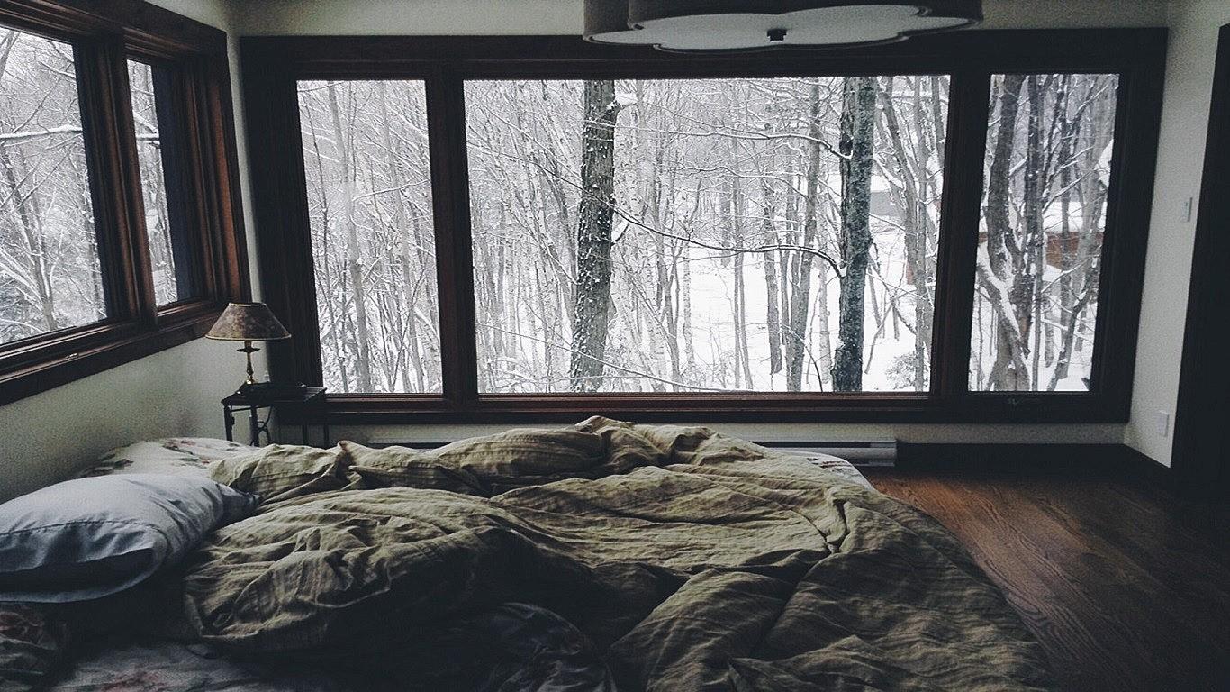 дала картинка кровати возле окна с дождем сапфир, рубин, александрит