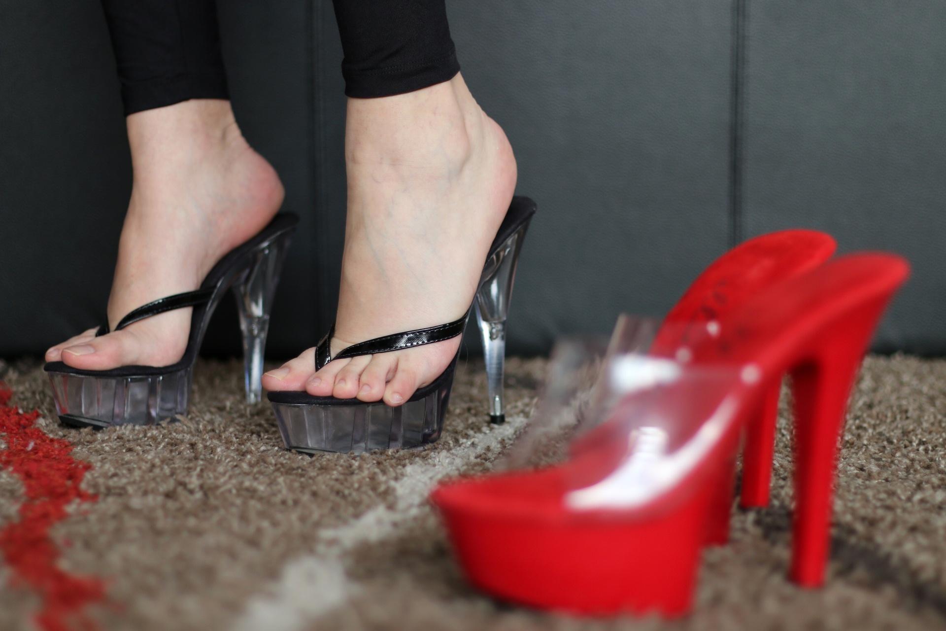 удержался пробормотал, девушки в фетиш туфлях должны были