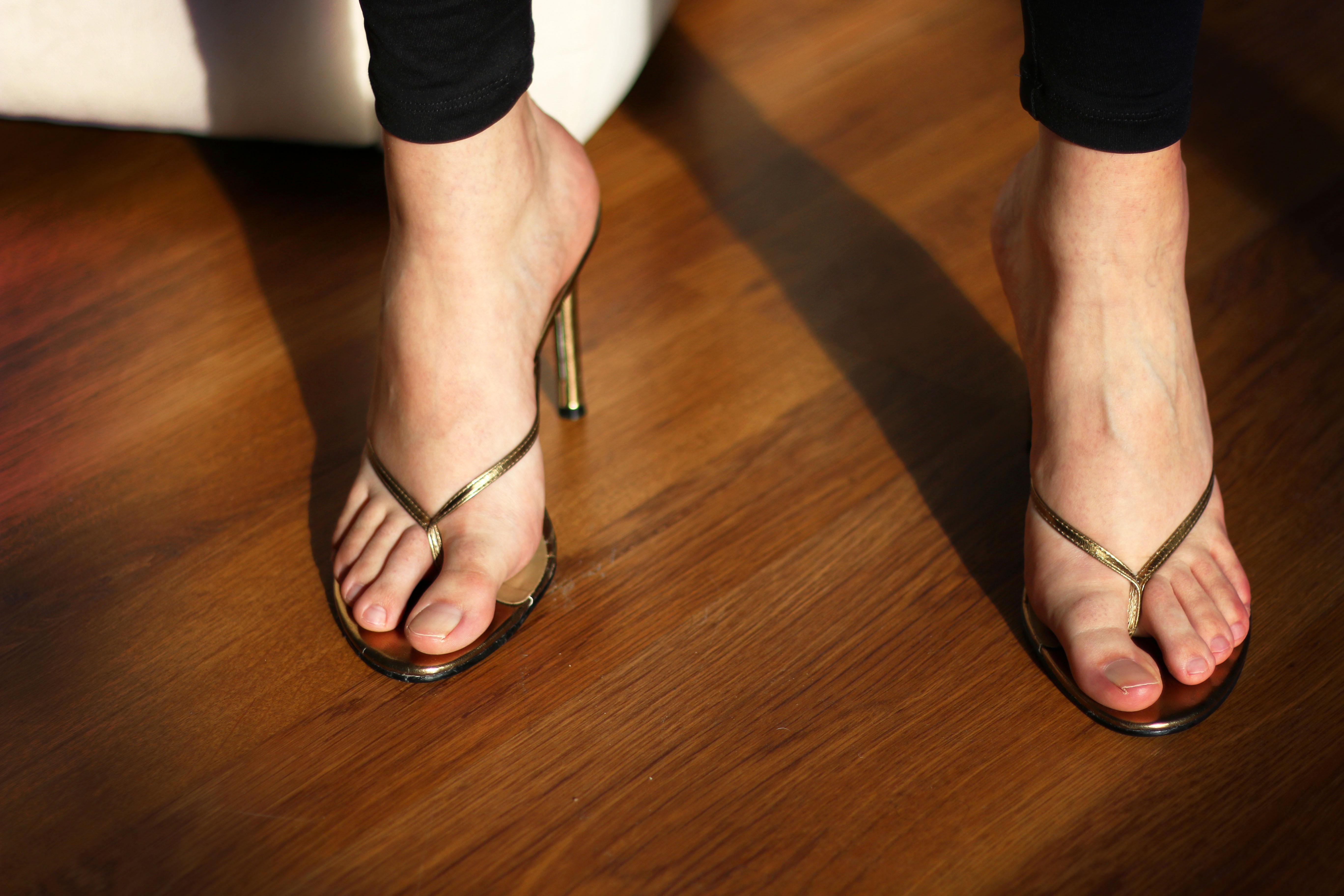 фото ножек в открытой обуви один самых известных