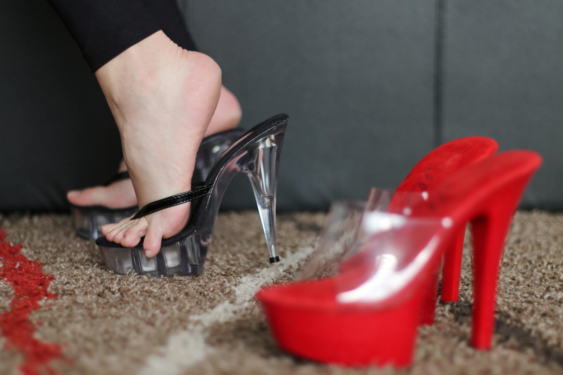 Девушки в обуви ходят по рабам фото 1