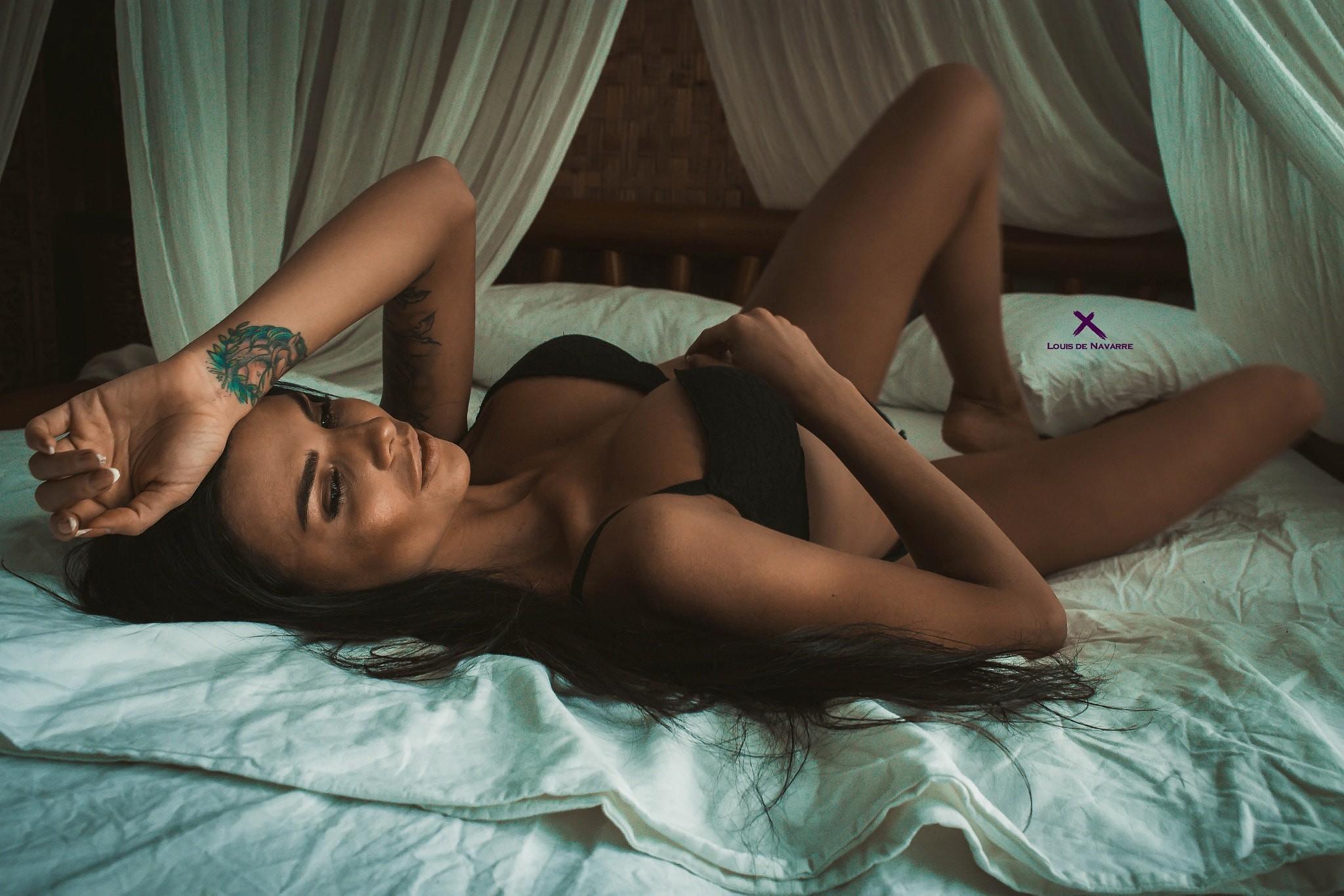 красивая девушка ксюша в постели занимает положение матке