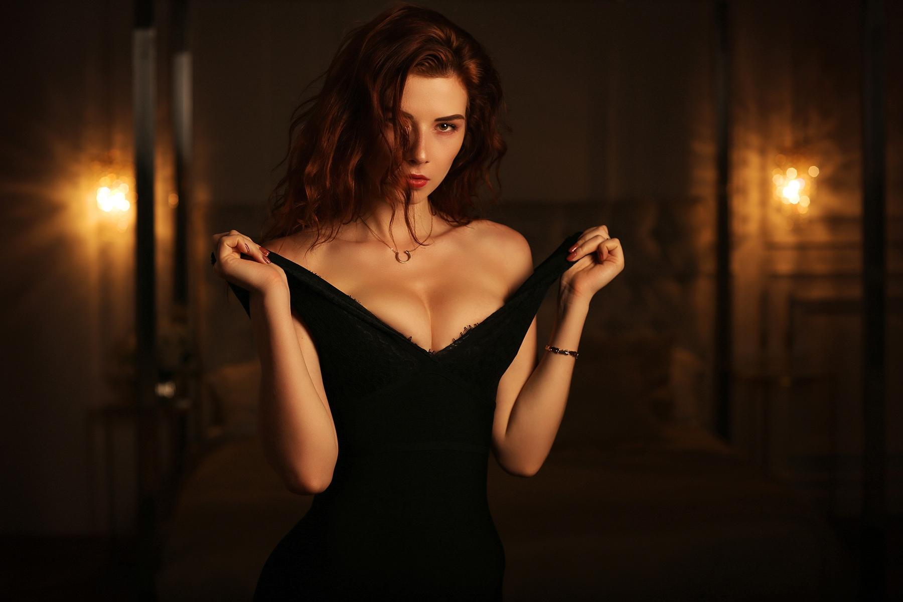 Collar rojo con vestido negro