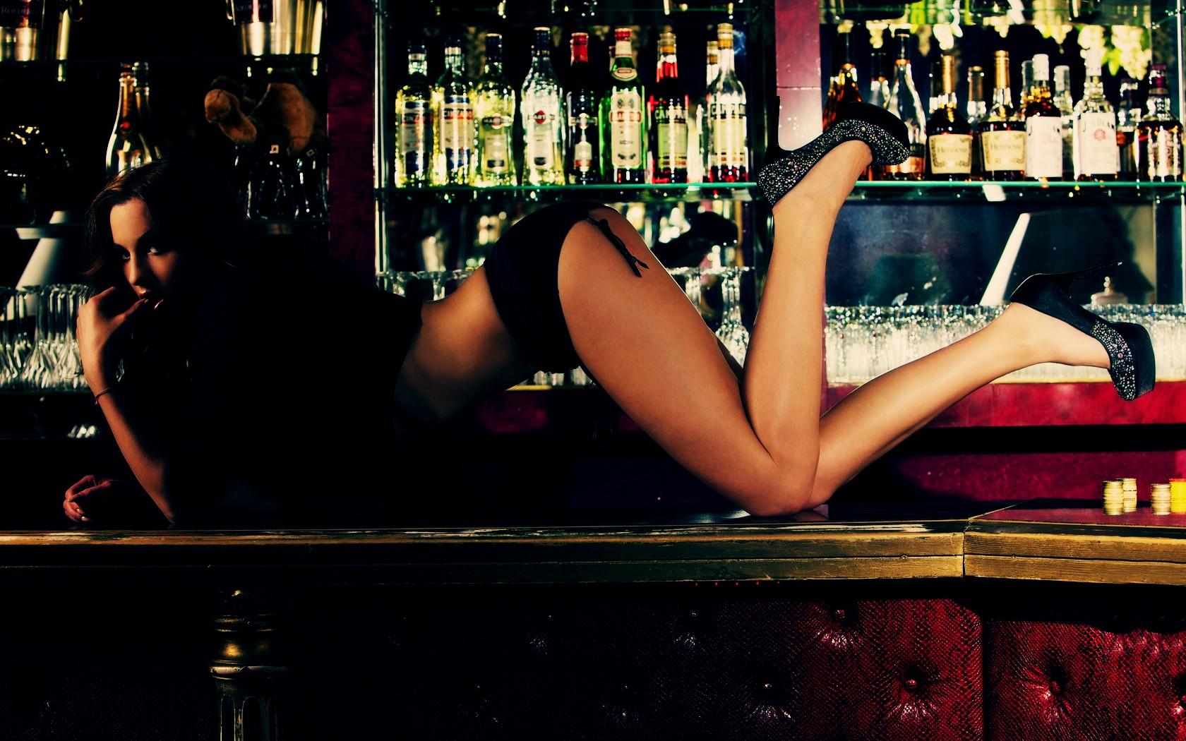 домашнее фото лесбиянок блондинок у барной стойки пришлось расстаться