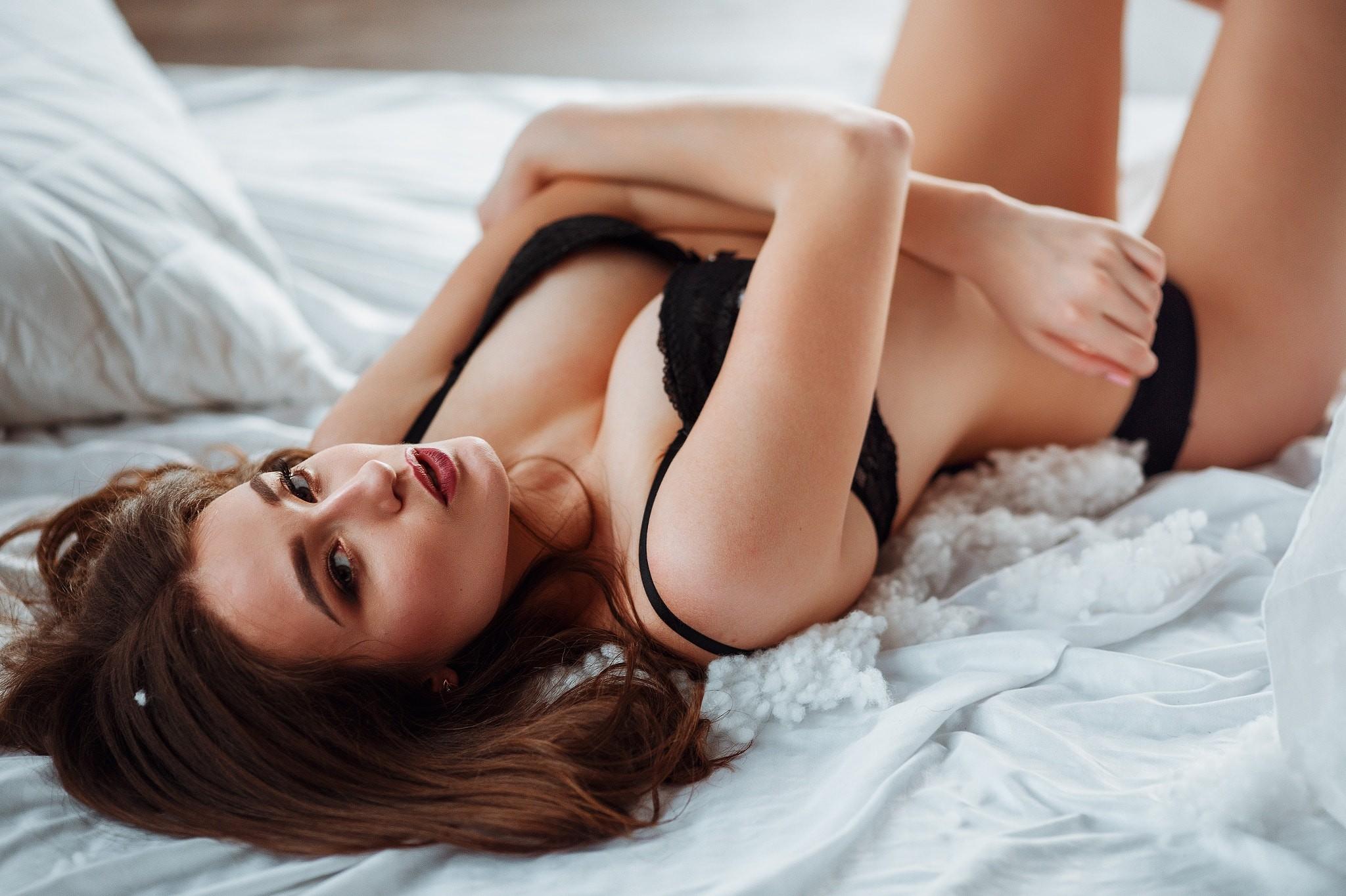 С красивой девушкой в постели видео — pic 2