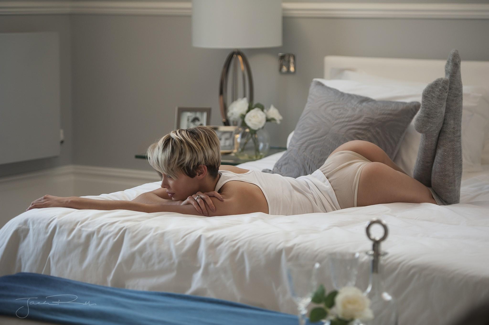 Жены на кровати фото, сочные попки домашнее
