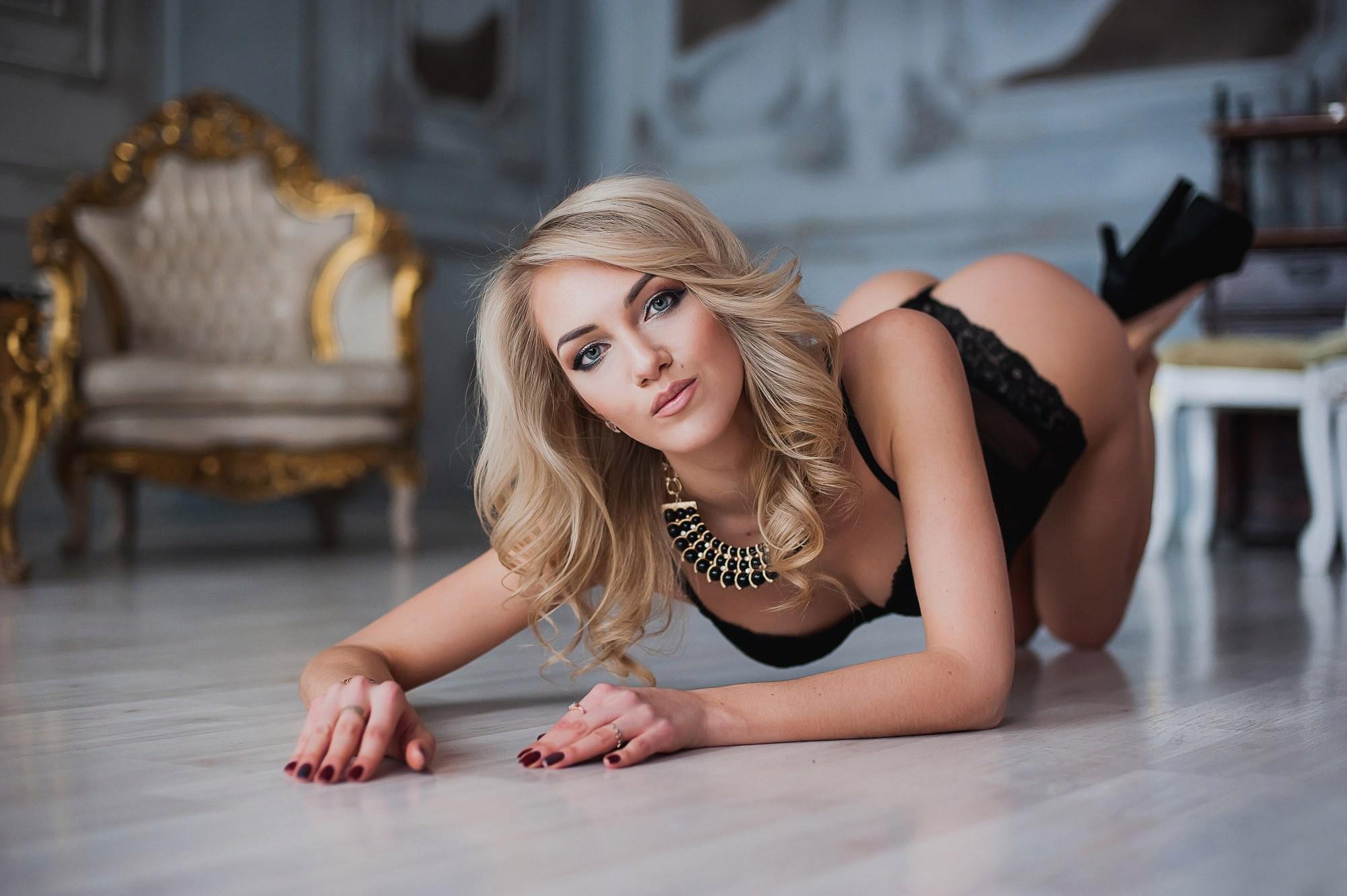 Блондиночку раком на полу