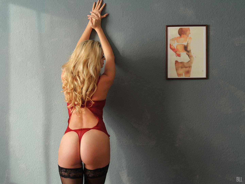 Загорелые блондинки в красных трусах, онанирующие порно видео