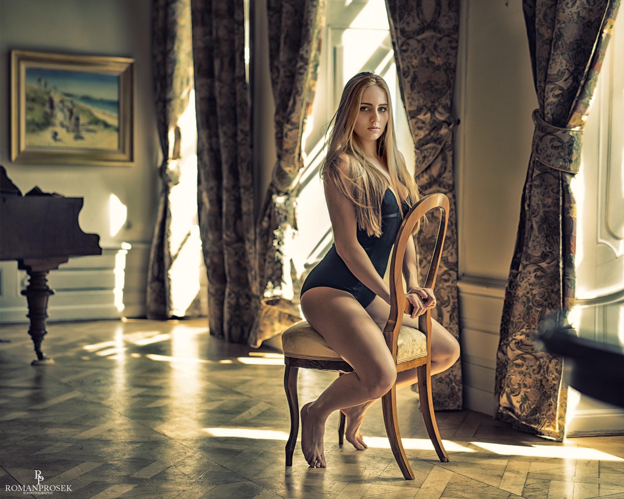 грудастая блондинка сидит на стуле голая - 6