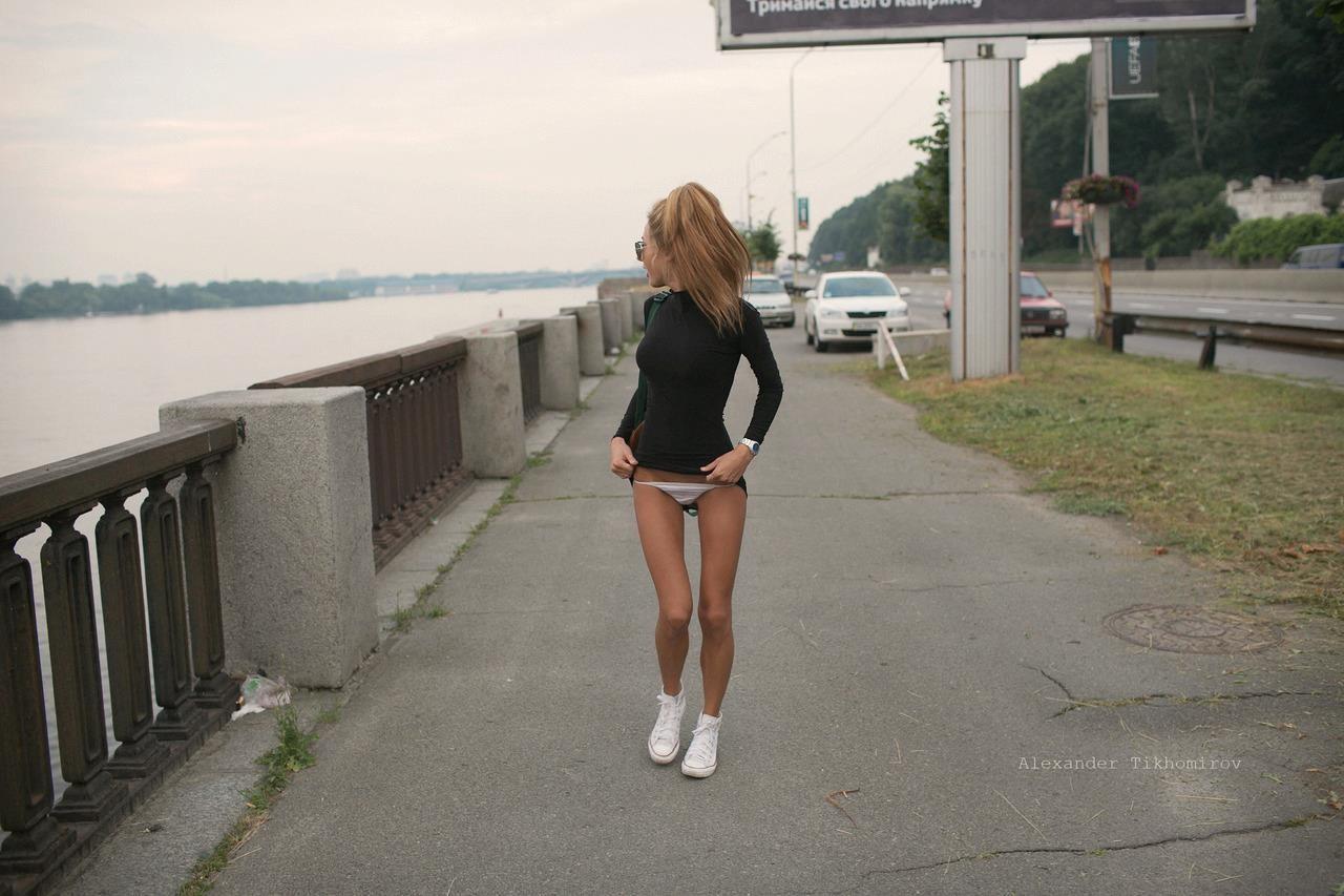 Девушки в трусиках гуляют по улицам