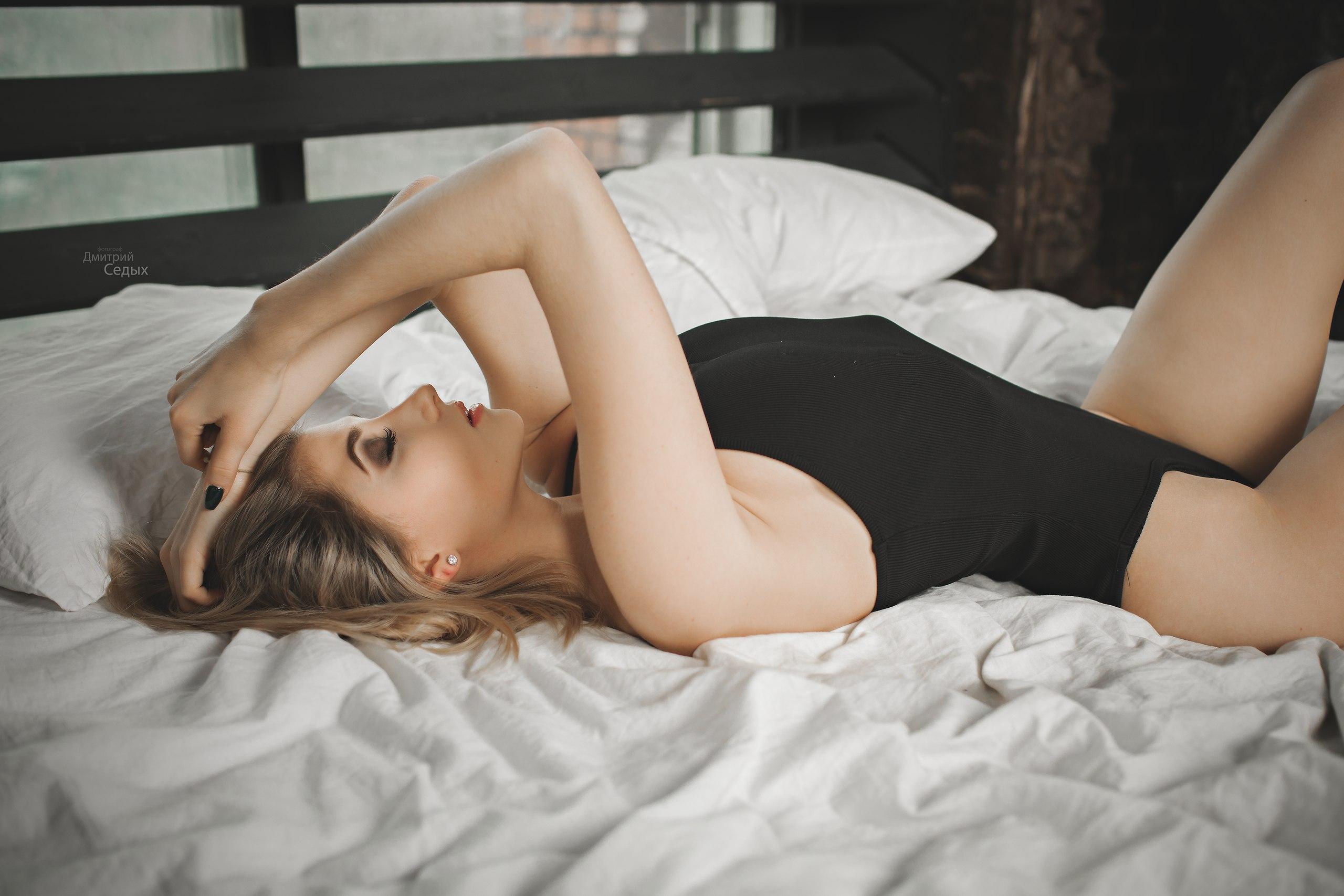 пропустил пару девушка лежит в кровати фото на телефон предложила