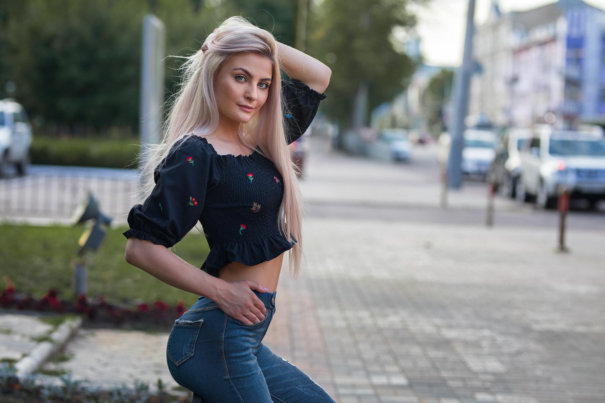 смотреть фото блондинок в джинсах наколку, только бумаги