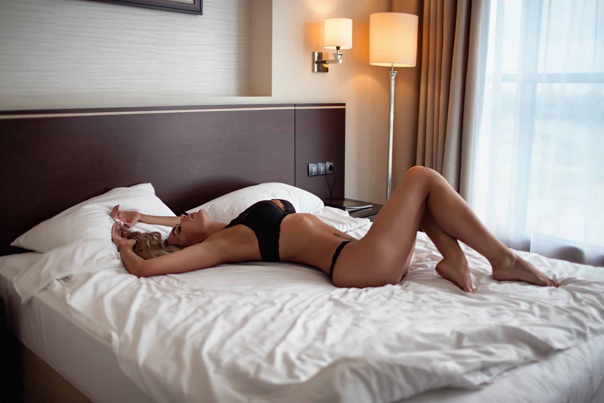 Девушка лежит в кровати фото на телефон