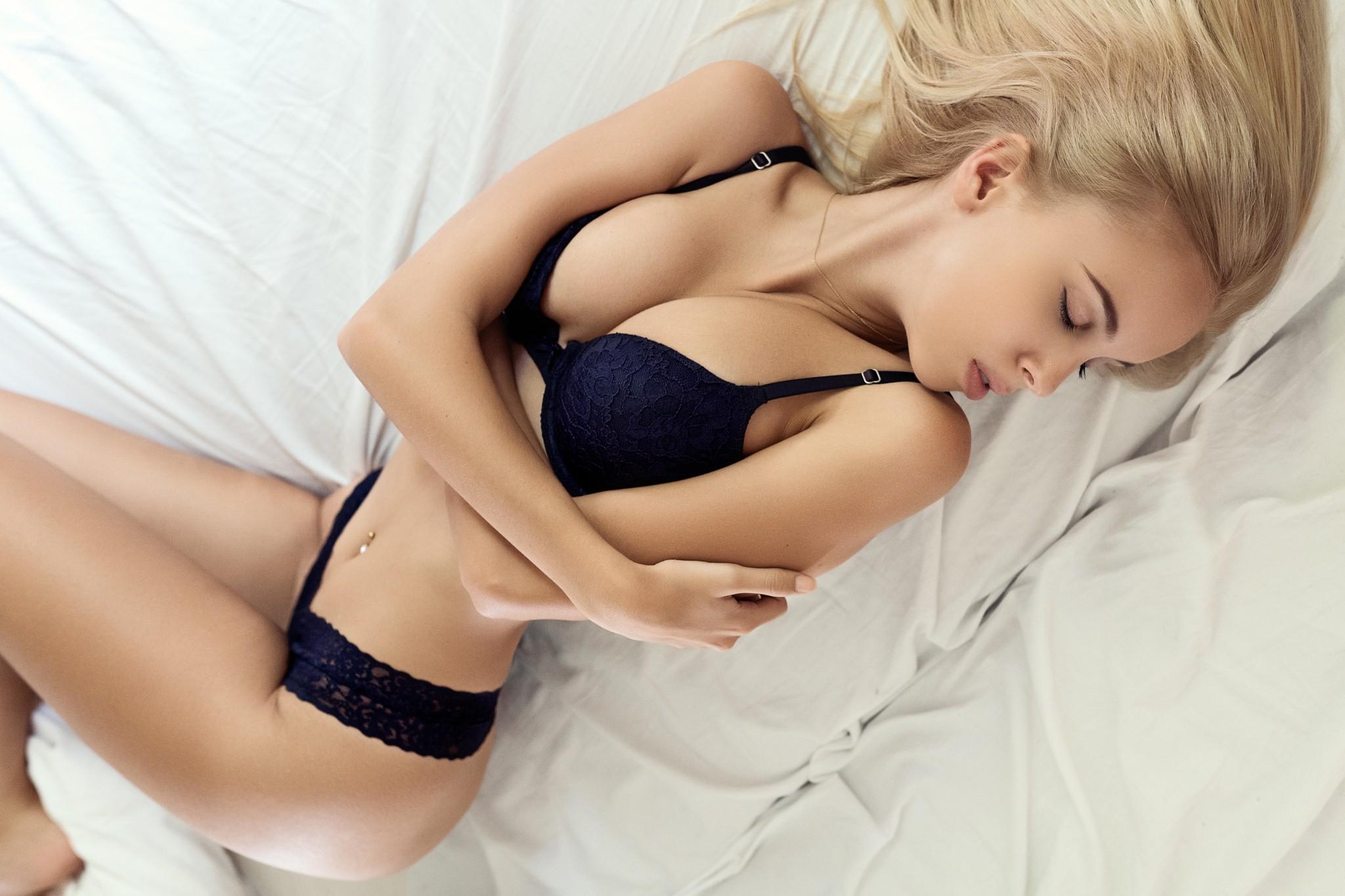 Звездами блондинка примеряет белье тело для мужчин